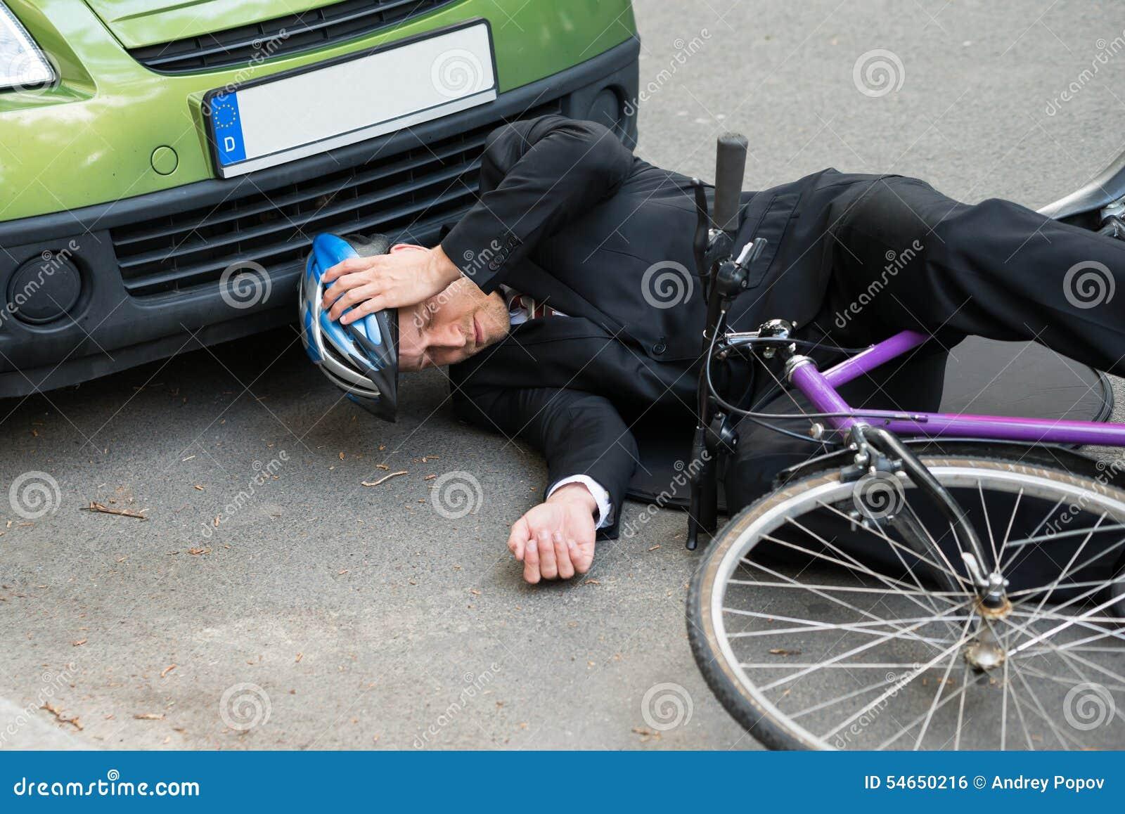 cycliste masculin apr s accident de voiture sur la route photo stock image 54650216. Black Bedroom Furniture Sets. Home Design Ideas