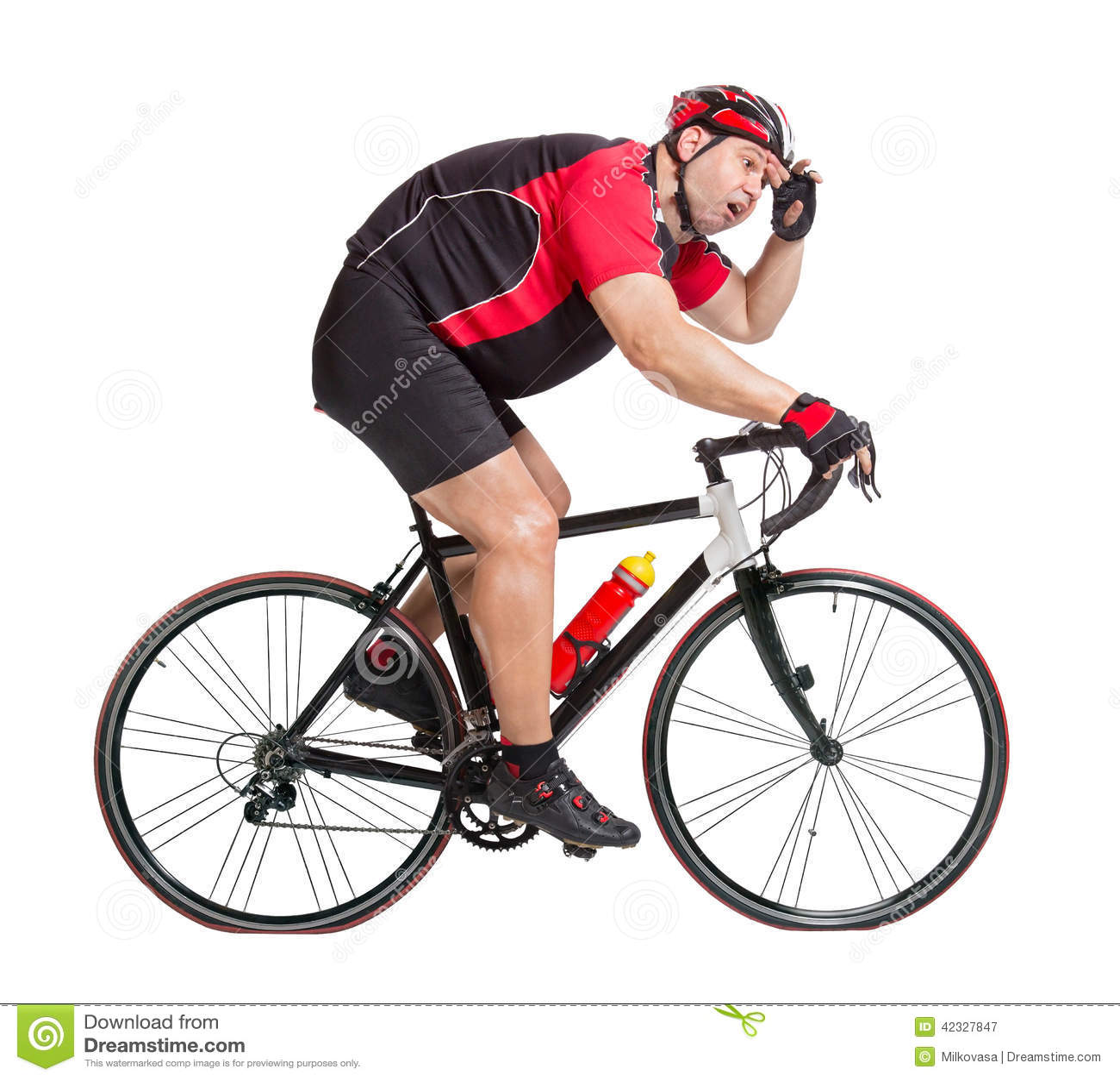 Cycliste obèse avec la difficulté montant une bicyclette
