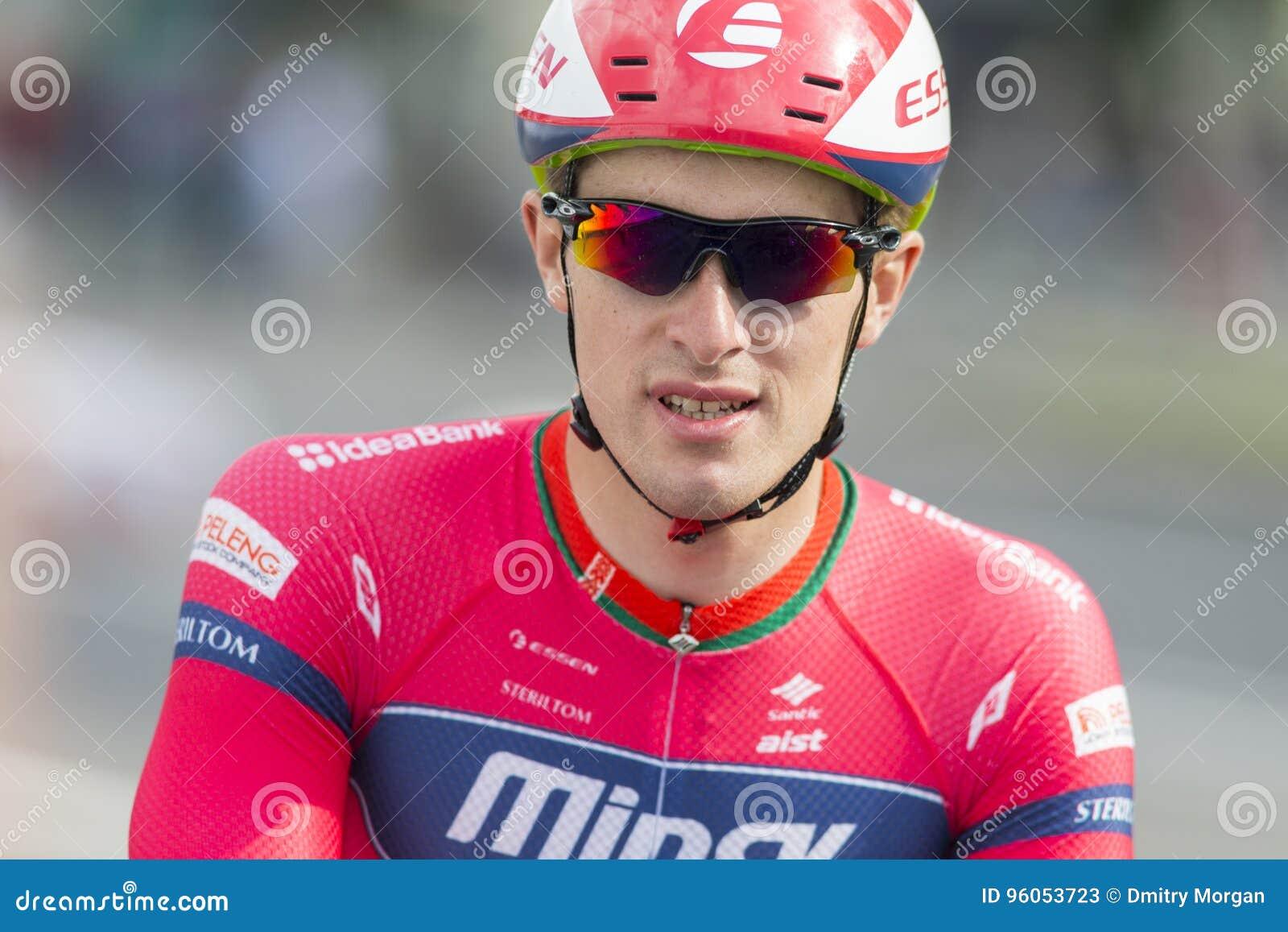 Cycliste professionnel Evgeny Korolek Poses de route en tant que gagnant de la concurrence de recyclage de route internationale