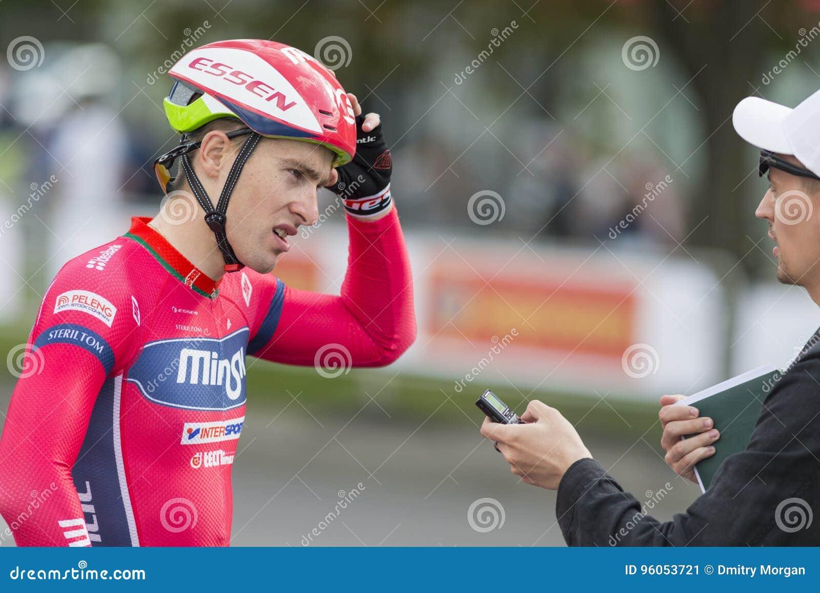 Cycliste professionnel Evgeny Korolek Poses de route en tant que gagnant du recyclage international de route