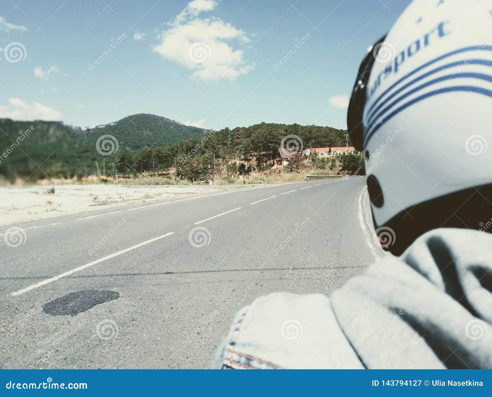 Cycliste sur la route Distance bleue roman, voyageant sur une moto