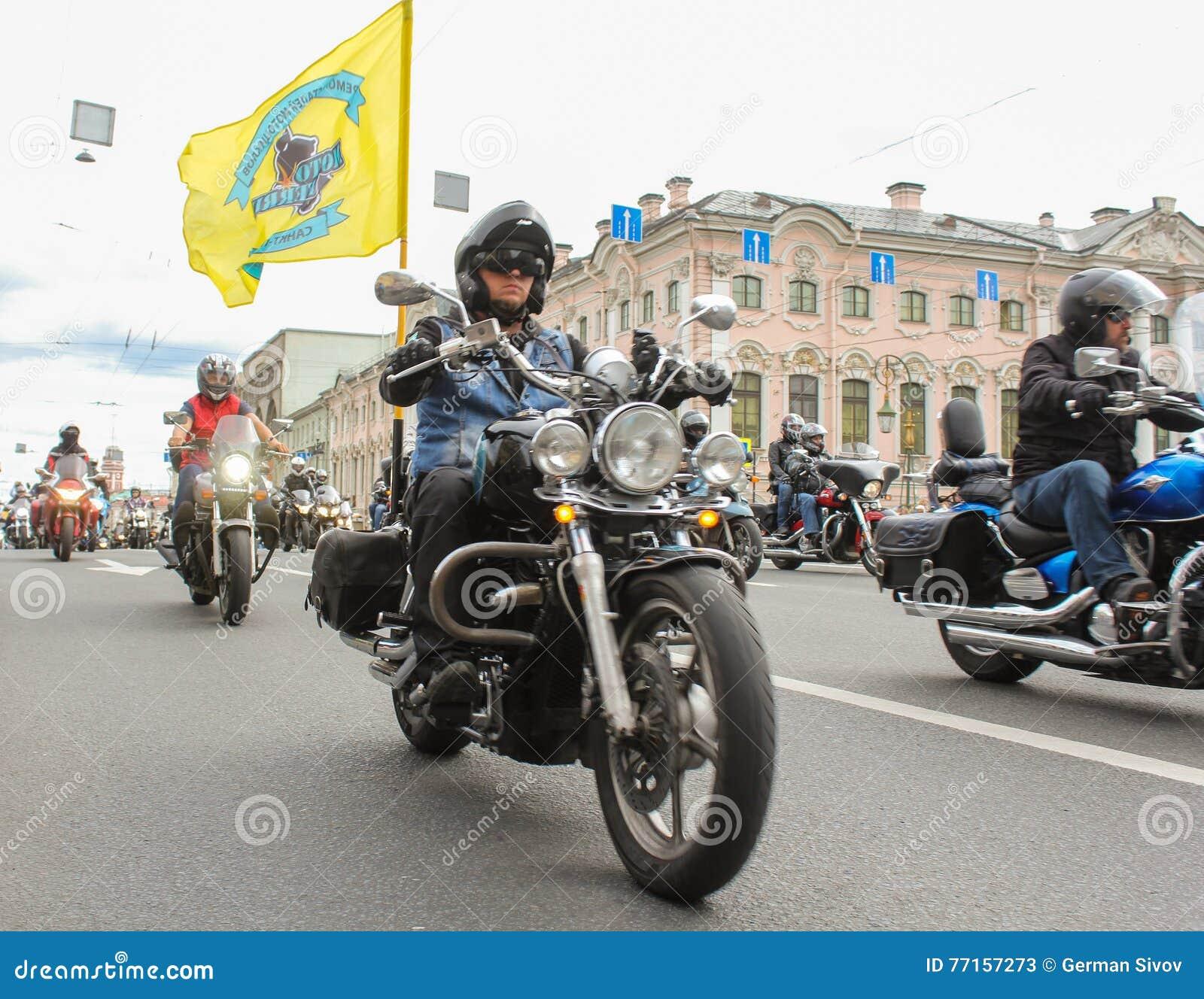 Cyclistes avec des drapeaux dans les rues