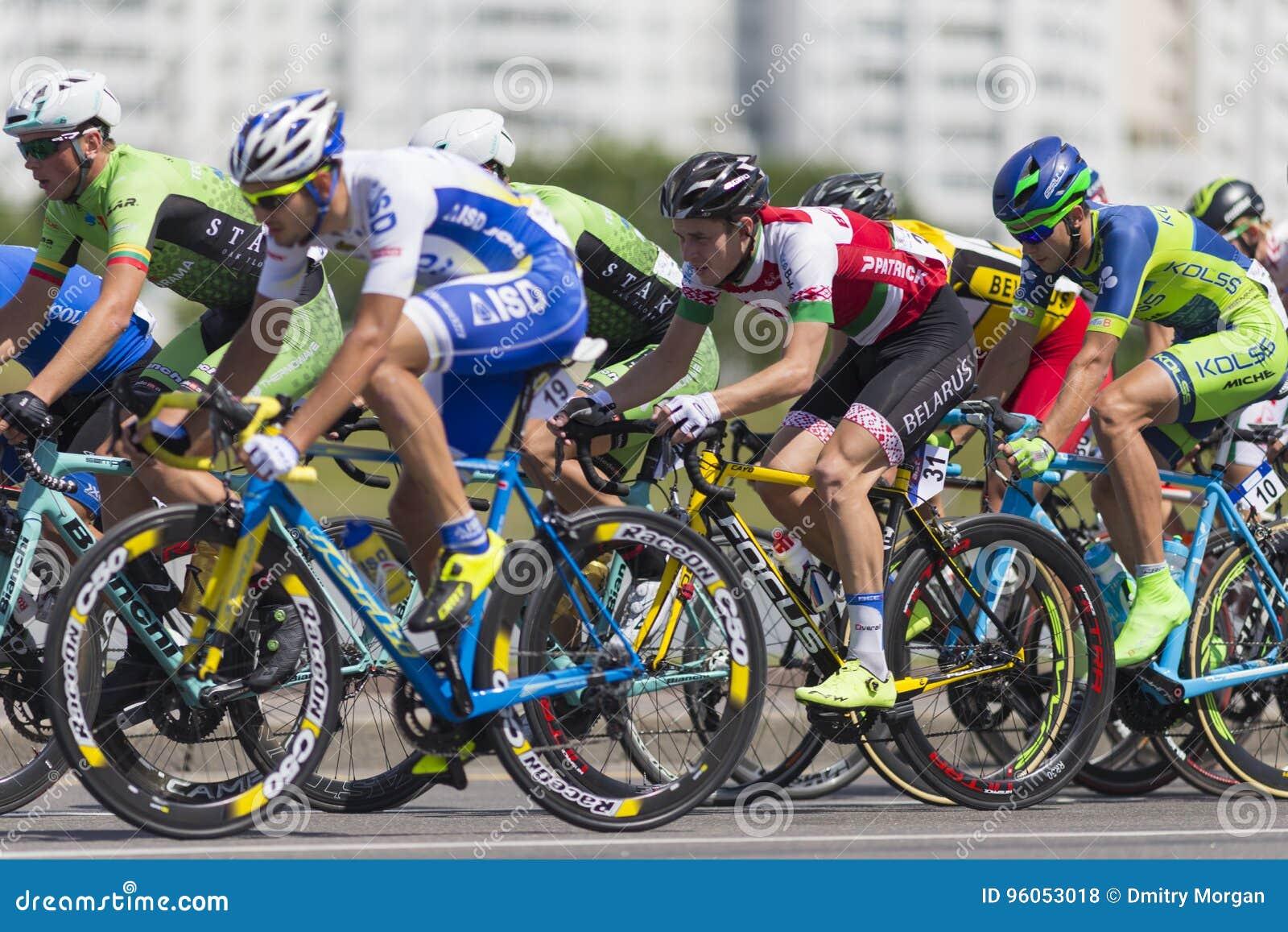 Cyclistes de route dans le Peloton professionnel pendant la concurrence de recyclage Grand prix Minsk-2017 de route international