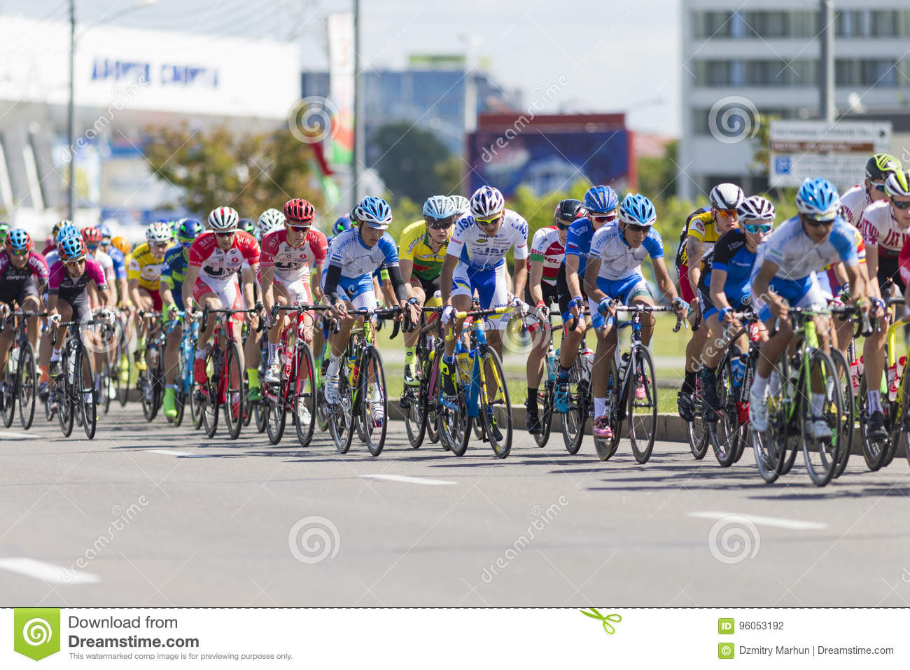 Cyclistes de route dans le Peloton professionnel pendant la concurrence de recyclage Grand prix Minsk-2017 de route international