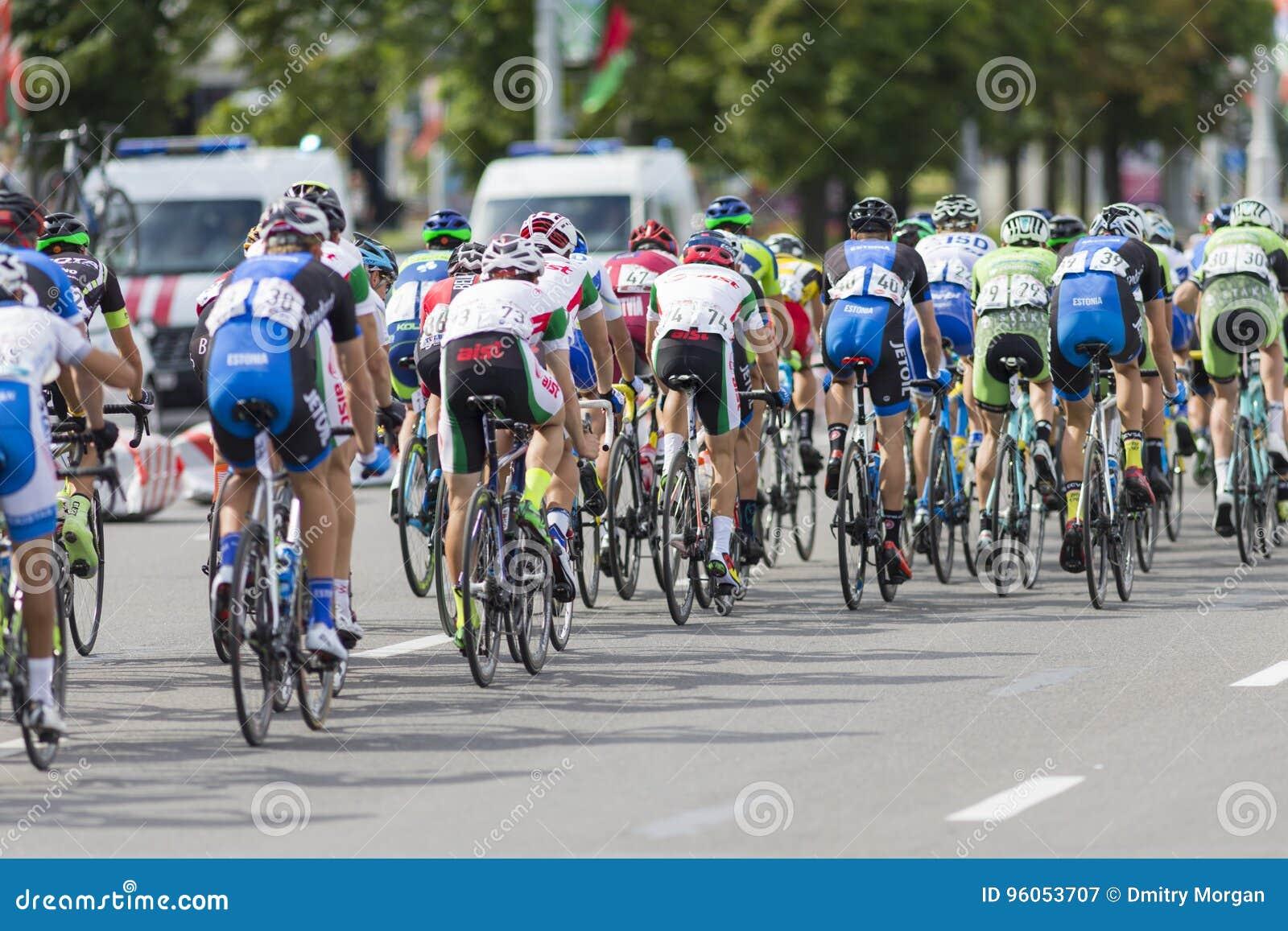 Cyclistes de route de la jeunesse dans le Peloton professionnel pendant la concurrence de recyclage de route internationale