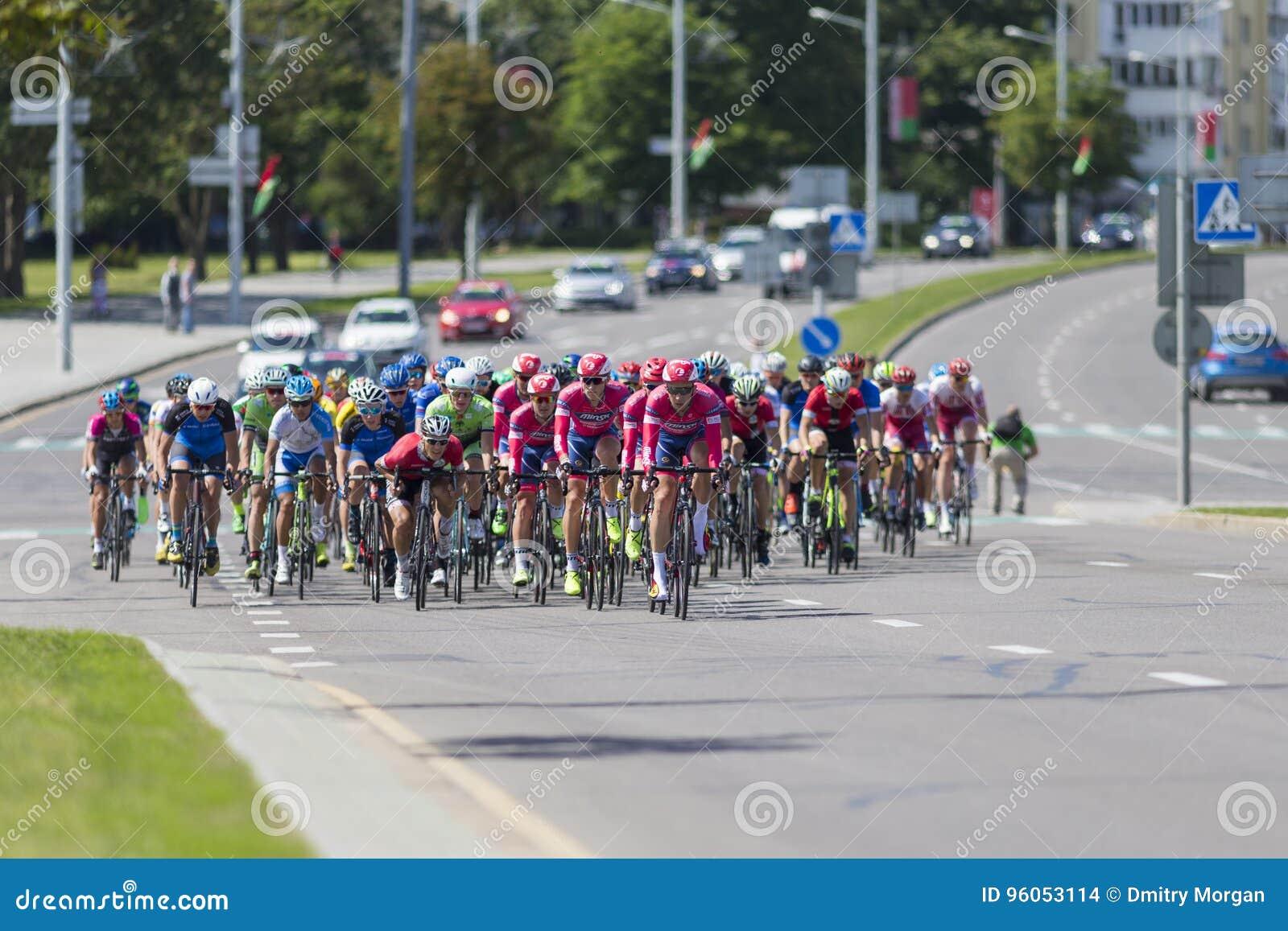 Cyclistes de route de la jeunesse dans le Peloton professionnel pendant la concurrence de recyclage Grand prix Minsk-2017 de rout