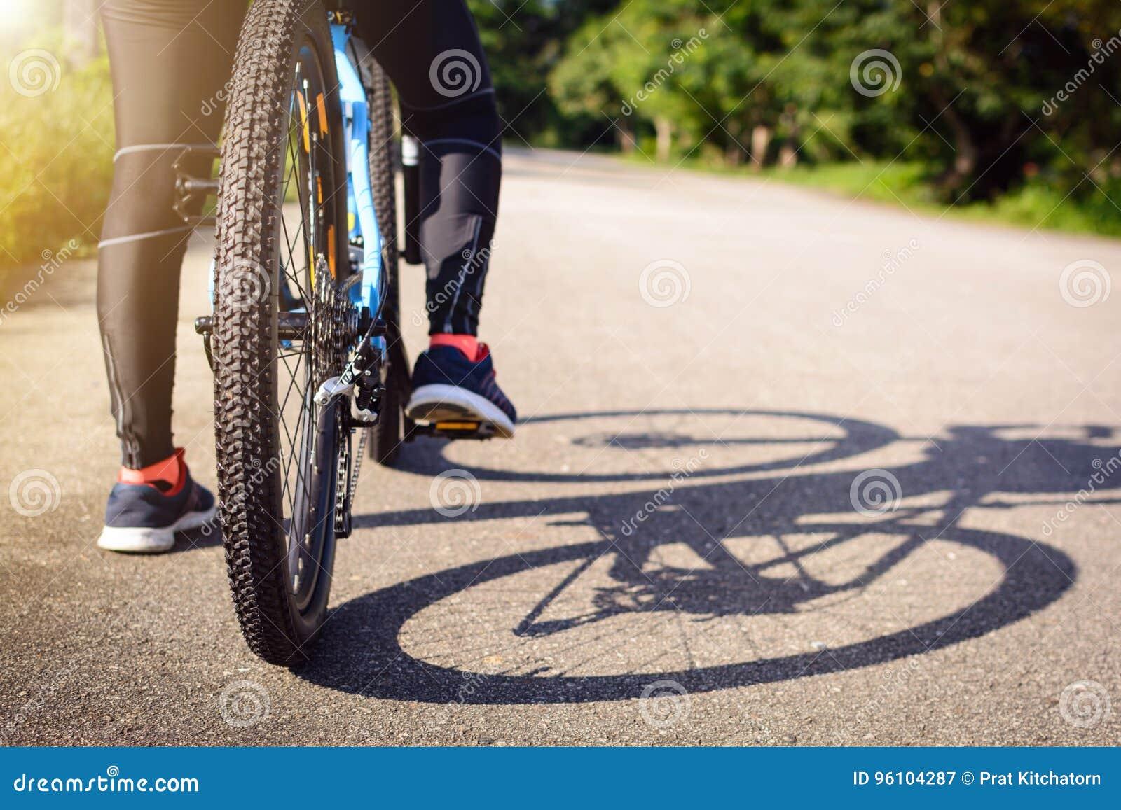 Cyclus op de straat in de ochtend