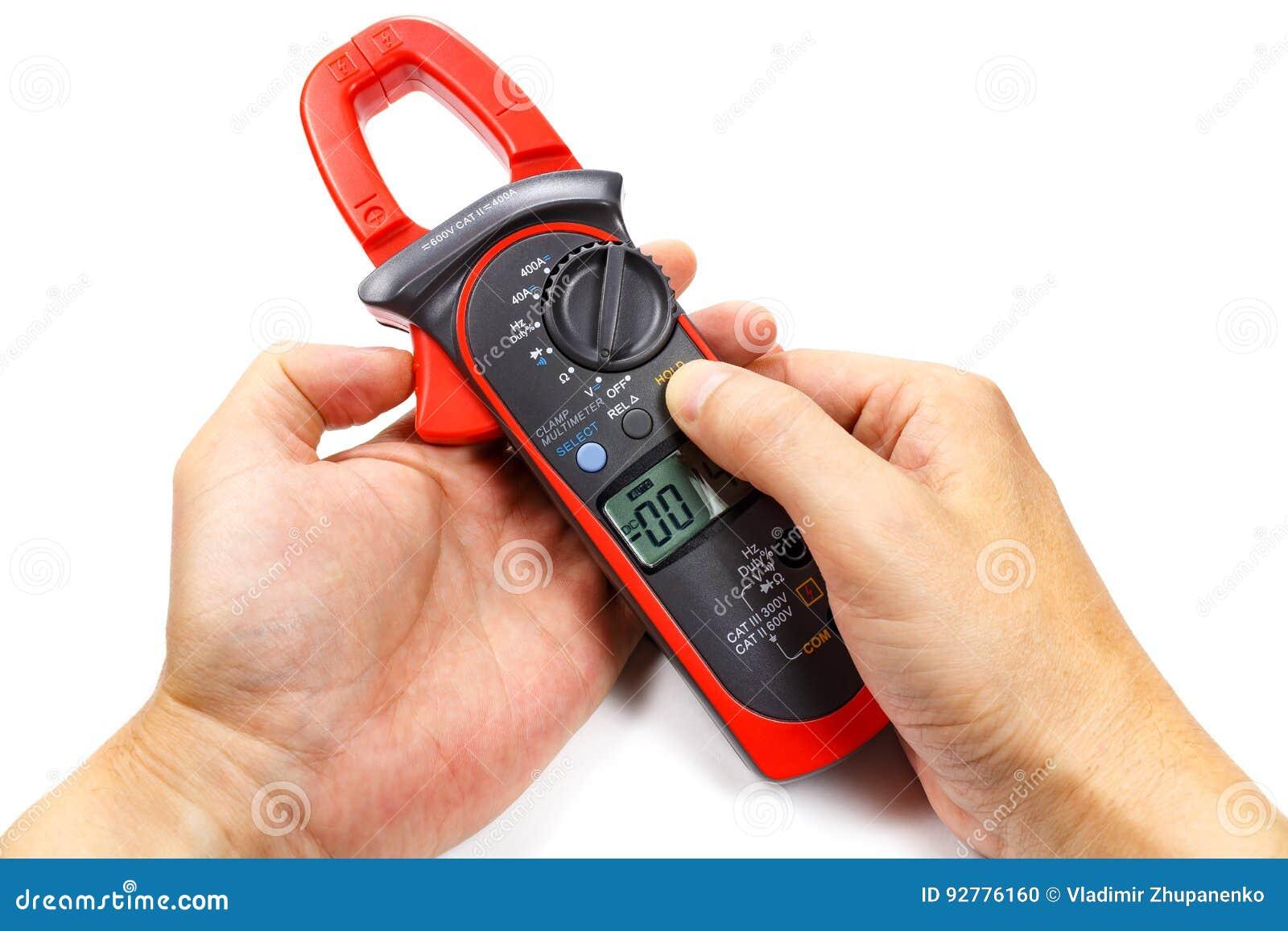 Cyfrowego kahata multimeter w mężczyzna ` s ręce na białym tle