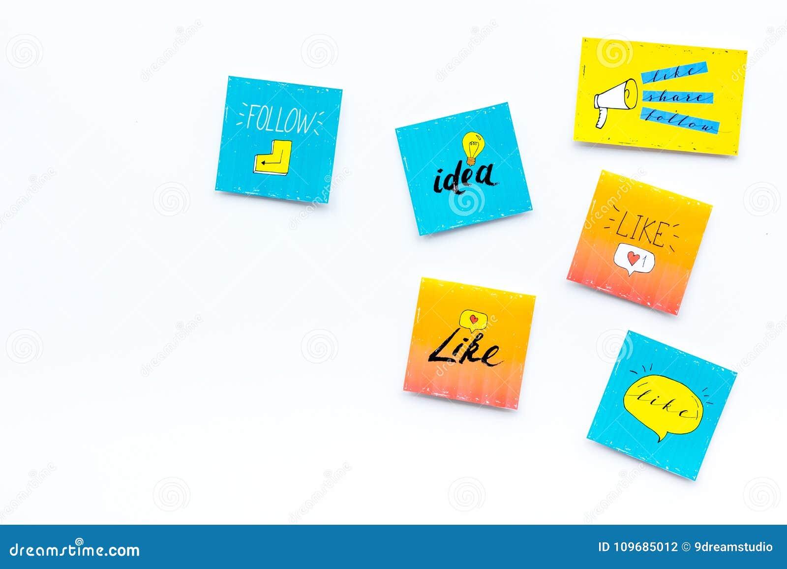 Cyfrowego marketing Ogólnospołeczne medialne ikony i symbole na białej tło odgórnego widoku kopii przestrzeni