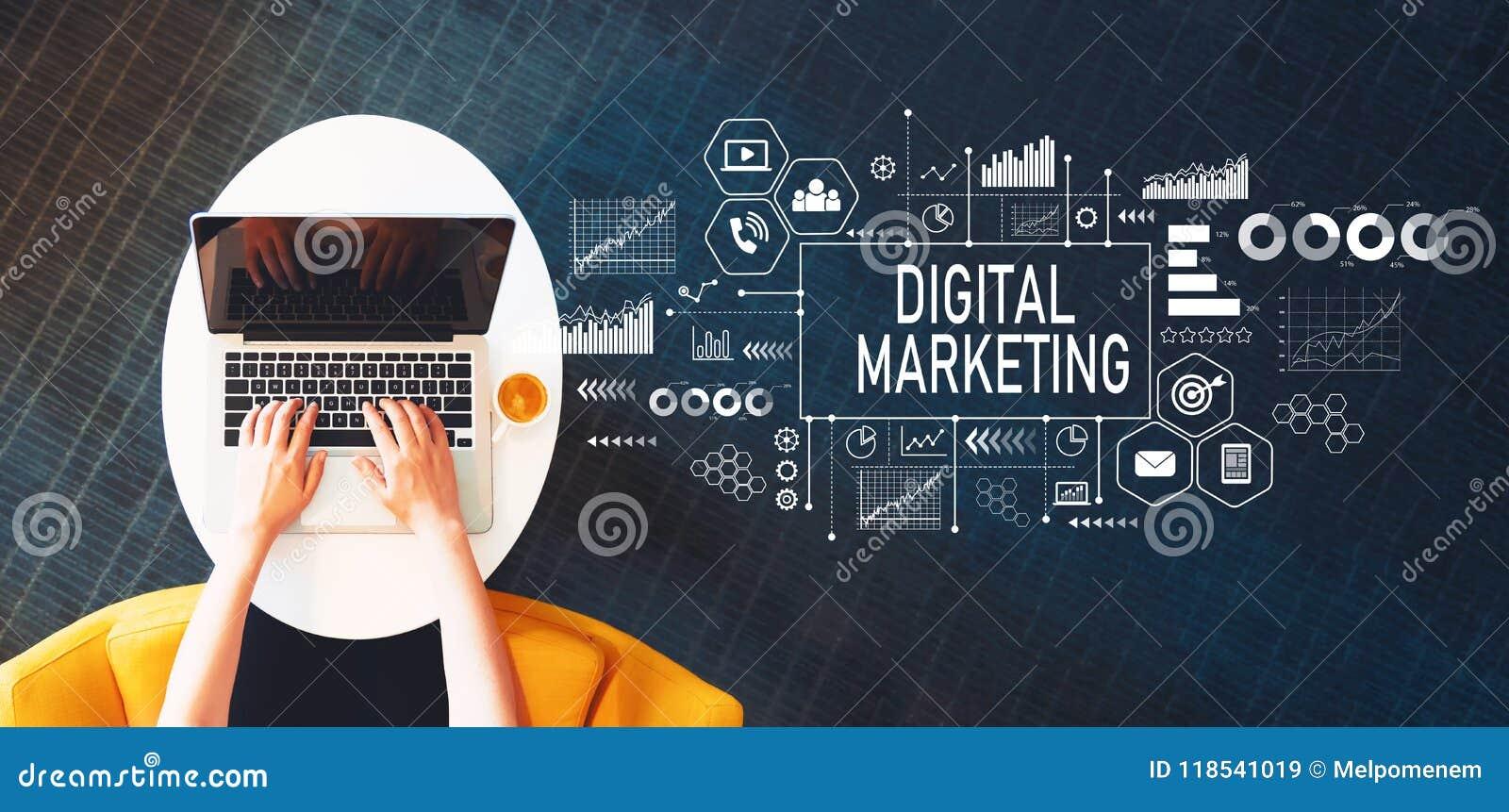 Cyfrowego marketing z osobą używa laptop