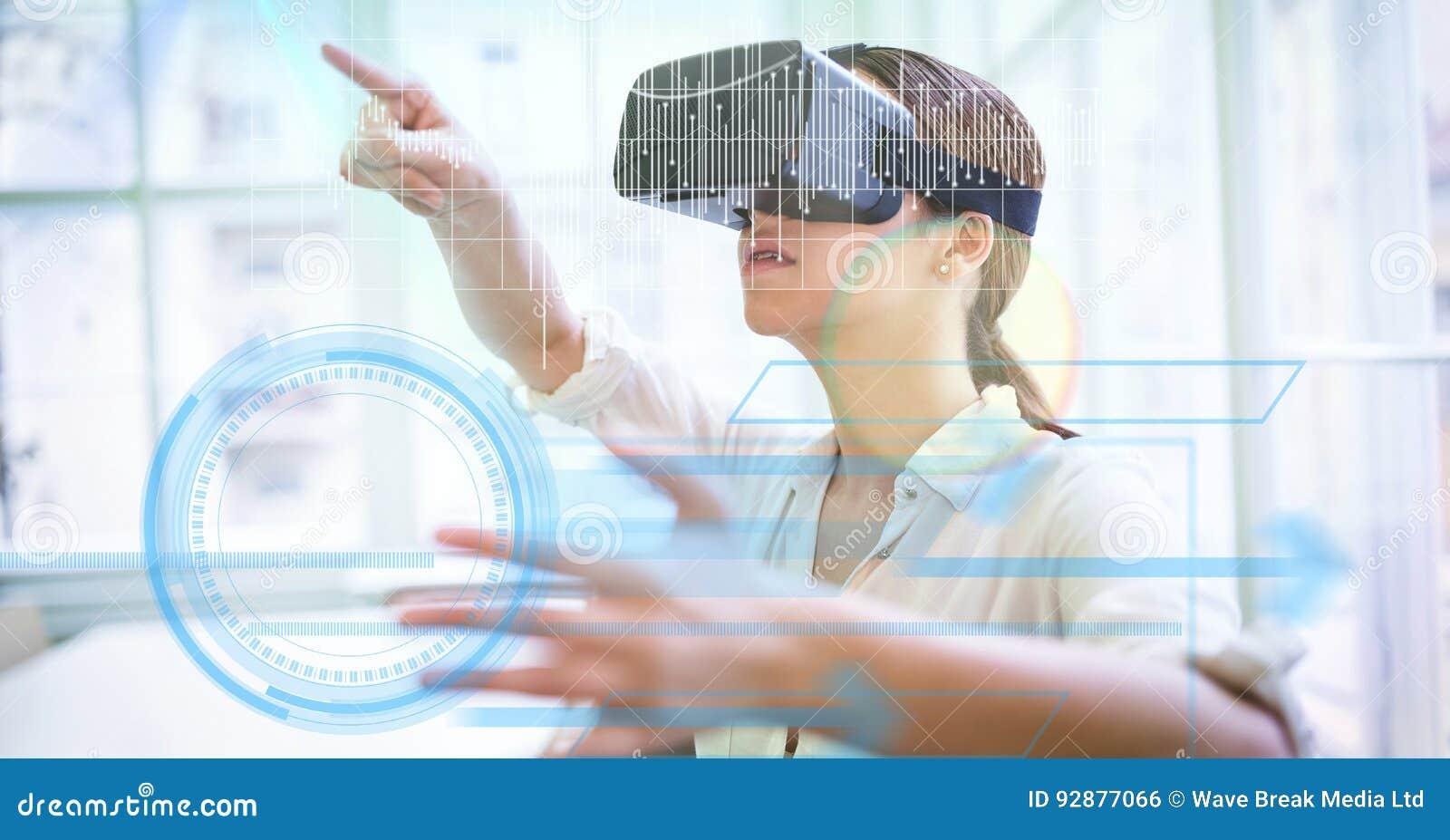 Cyfrowego złożony wizerunek bizneswoman używa VR szkła