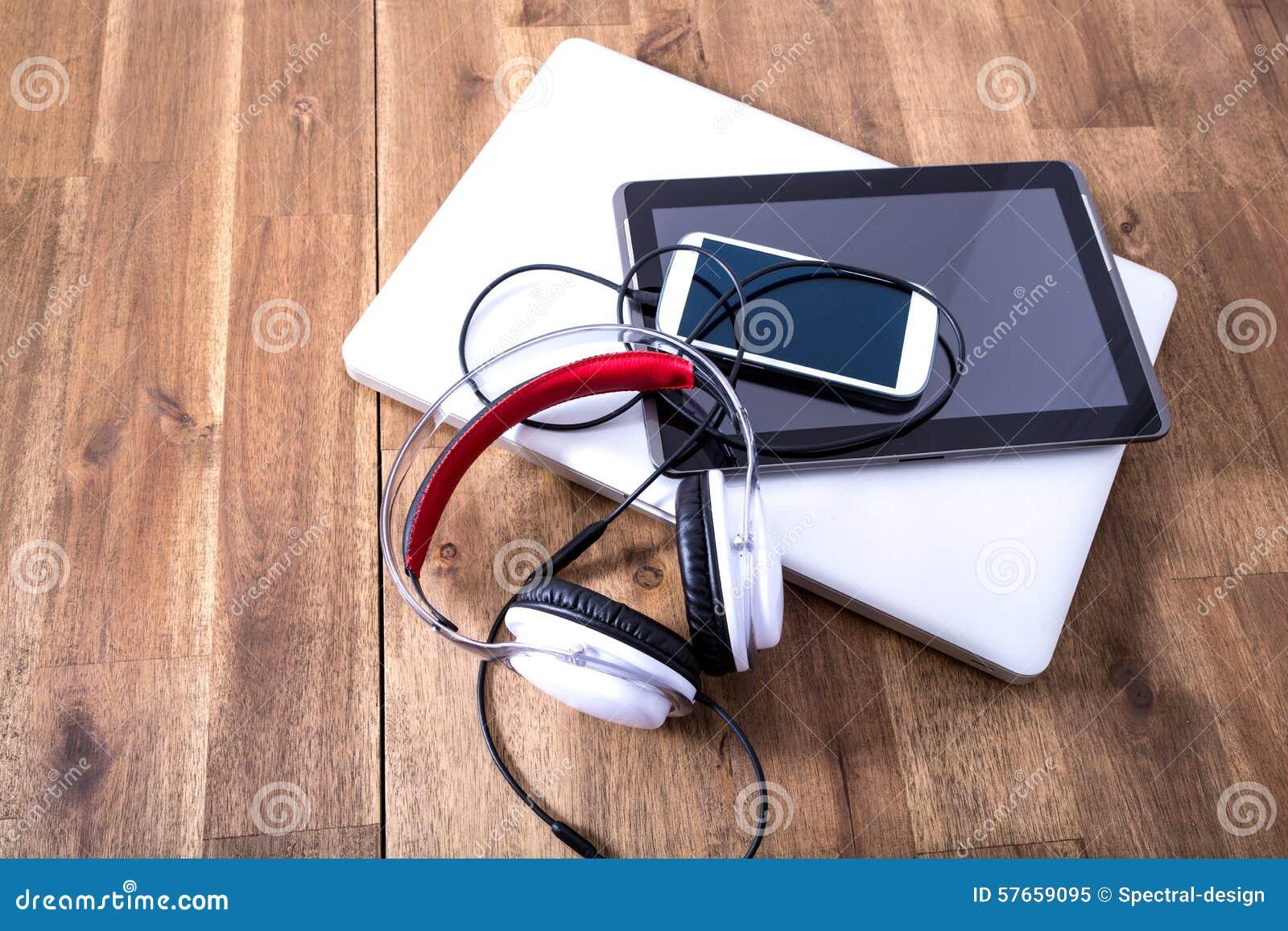 Cyfrowych hełmofony na drewnianym Desktop i przyrząda