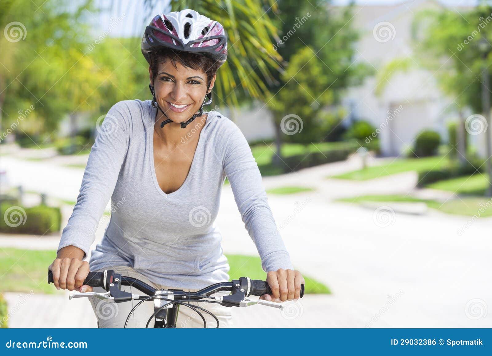 Cykel för afrikansk amerikankvinnaridning