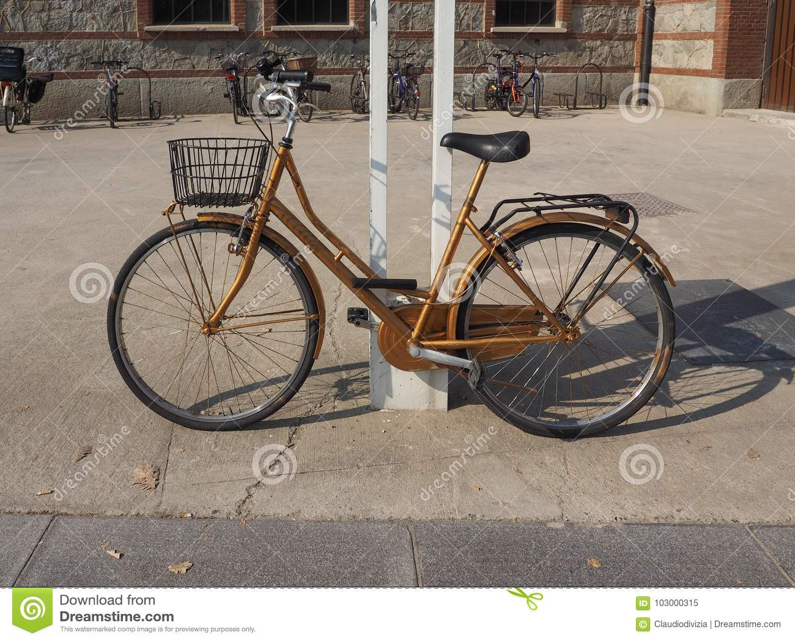 Cykel parkerat utomhus-