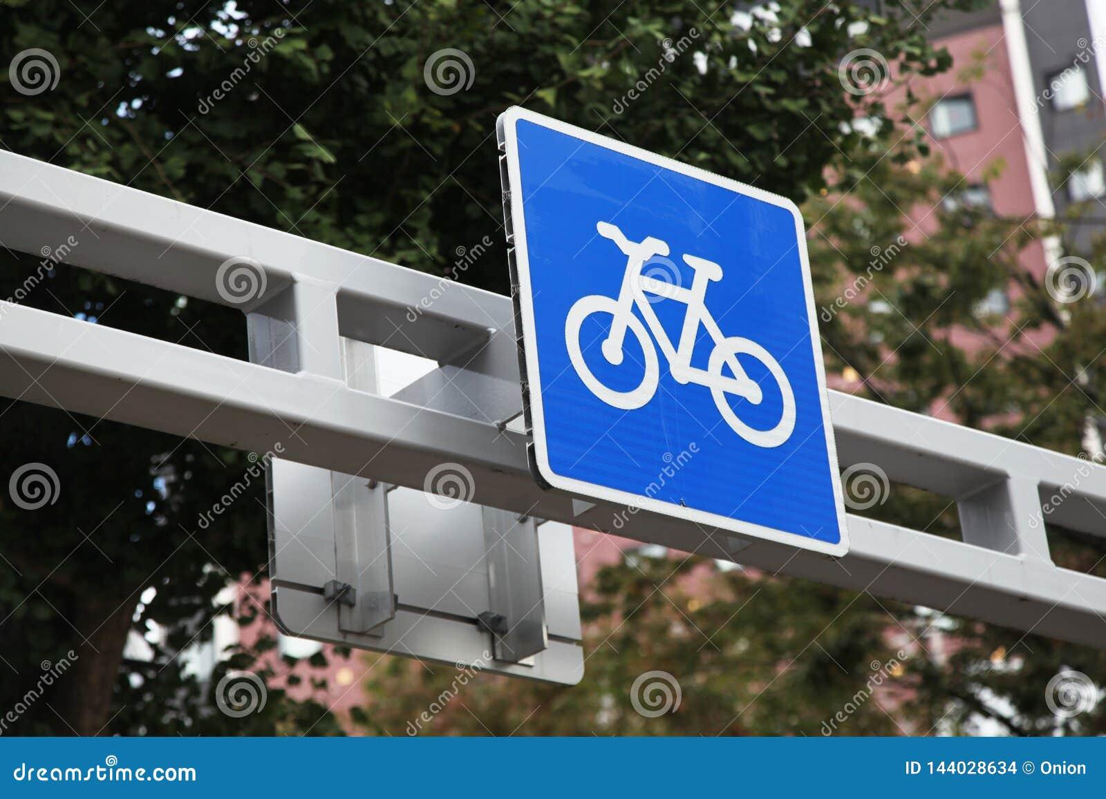 Cykelbanan undertecknar i blått som finnas i Japan
