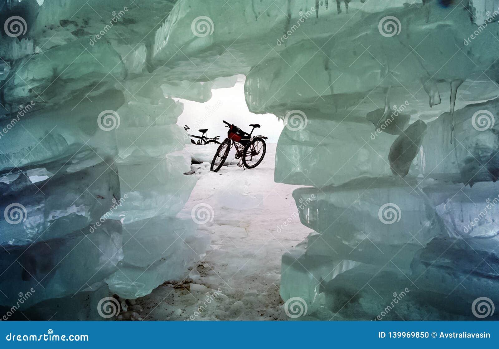 Cykeln på isen av Baikal, går med en cykel till och med vintern Baikal