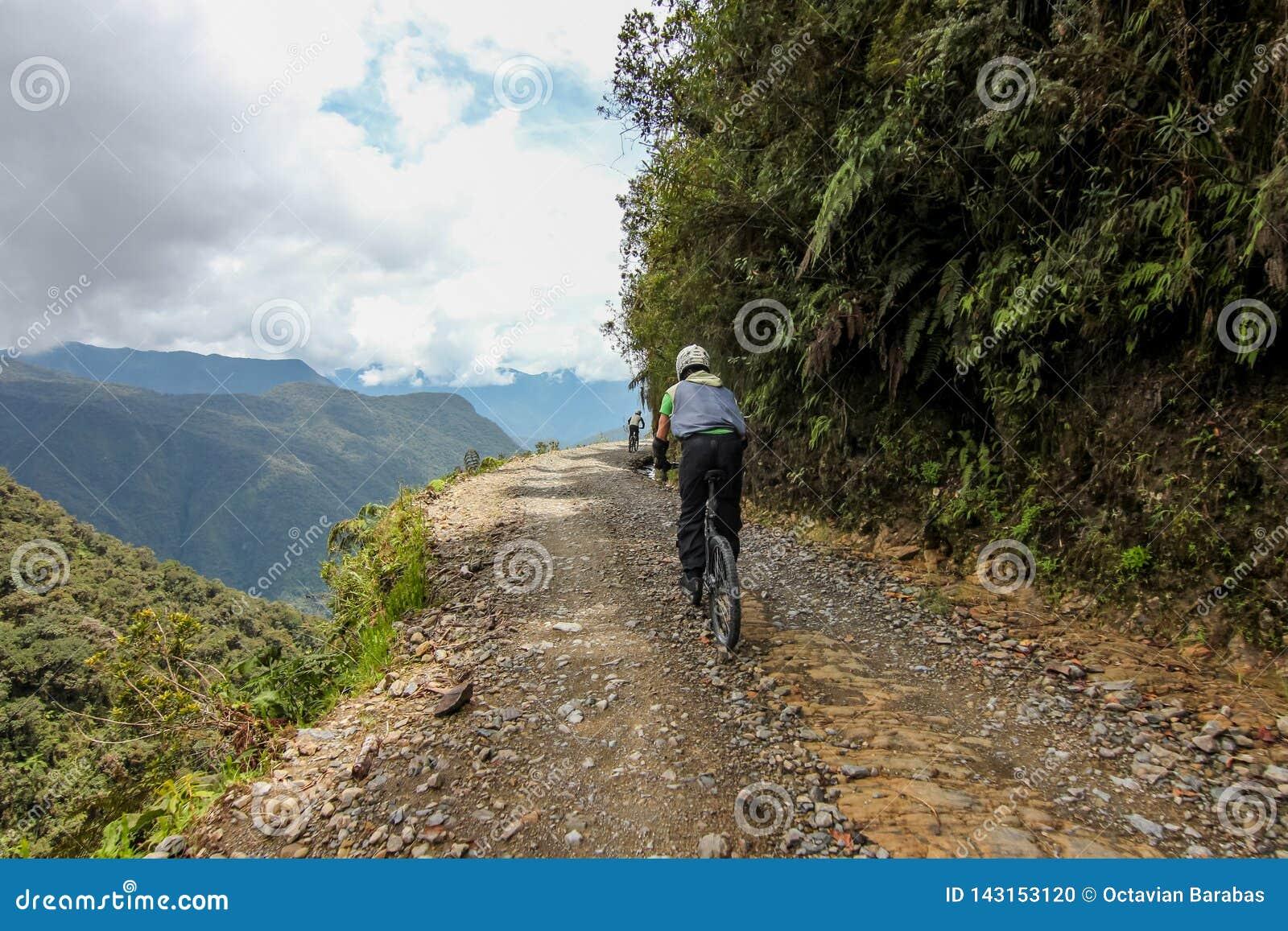Cykelryttare på den Camino de la muerte/Yungas vägen