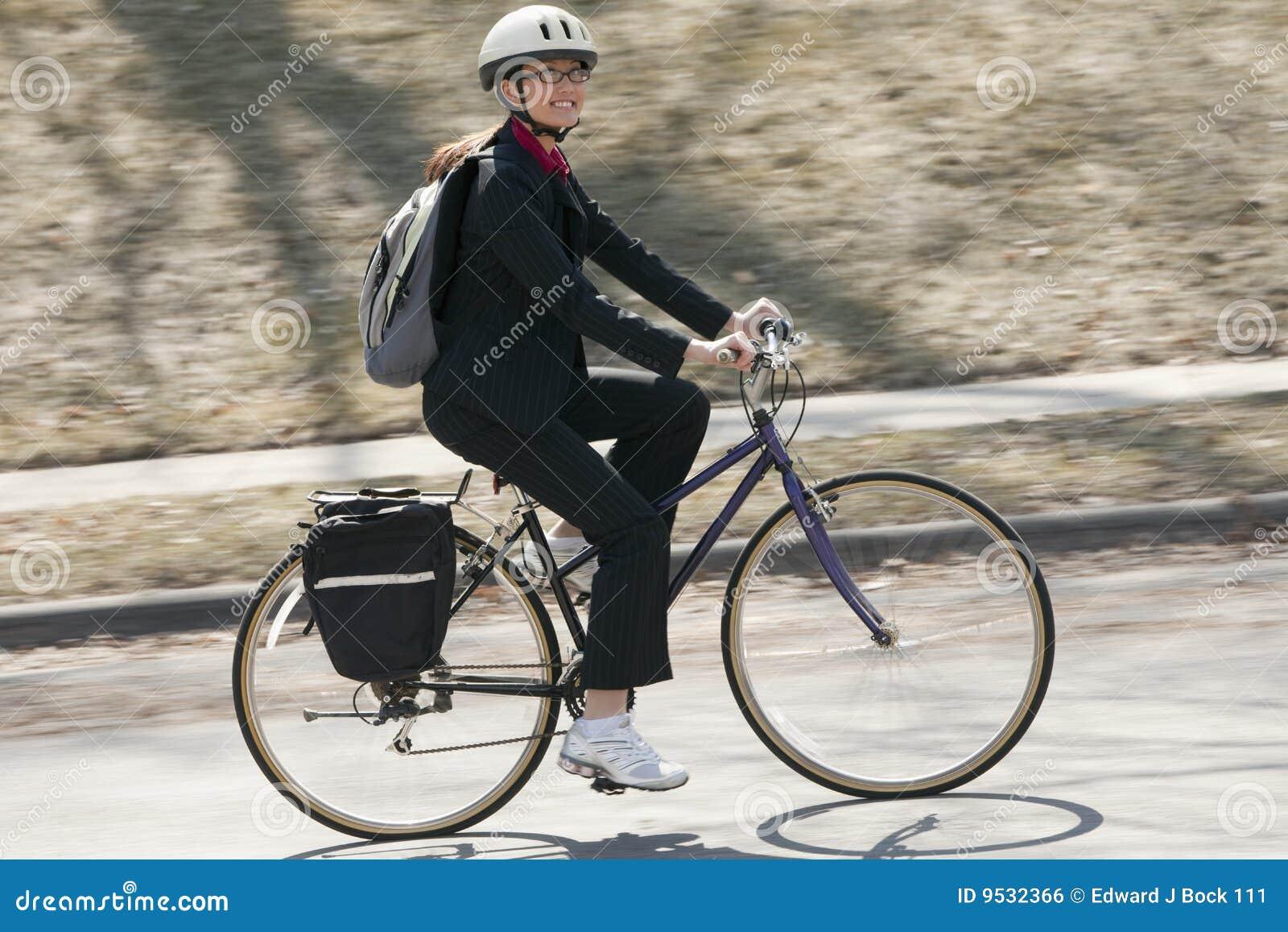 Cykla affärskvinna som fungerar