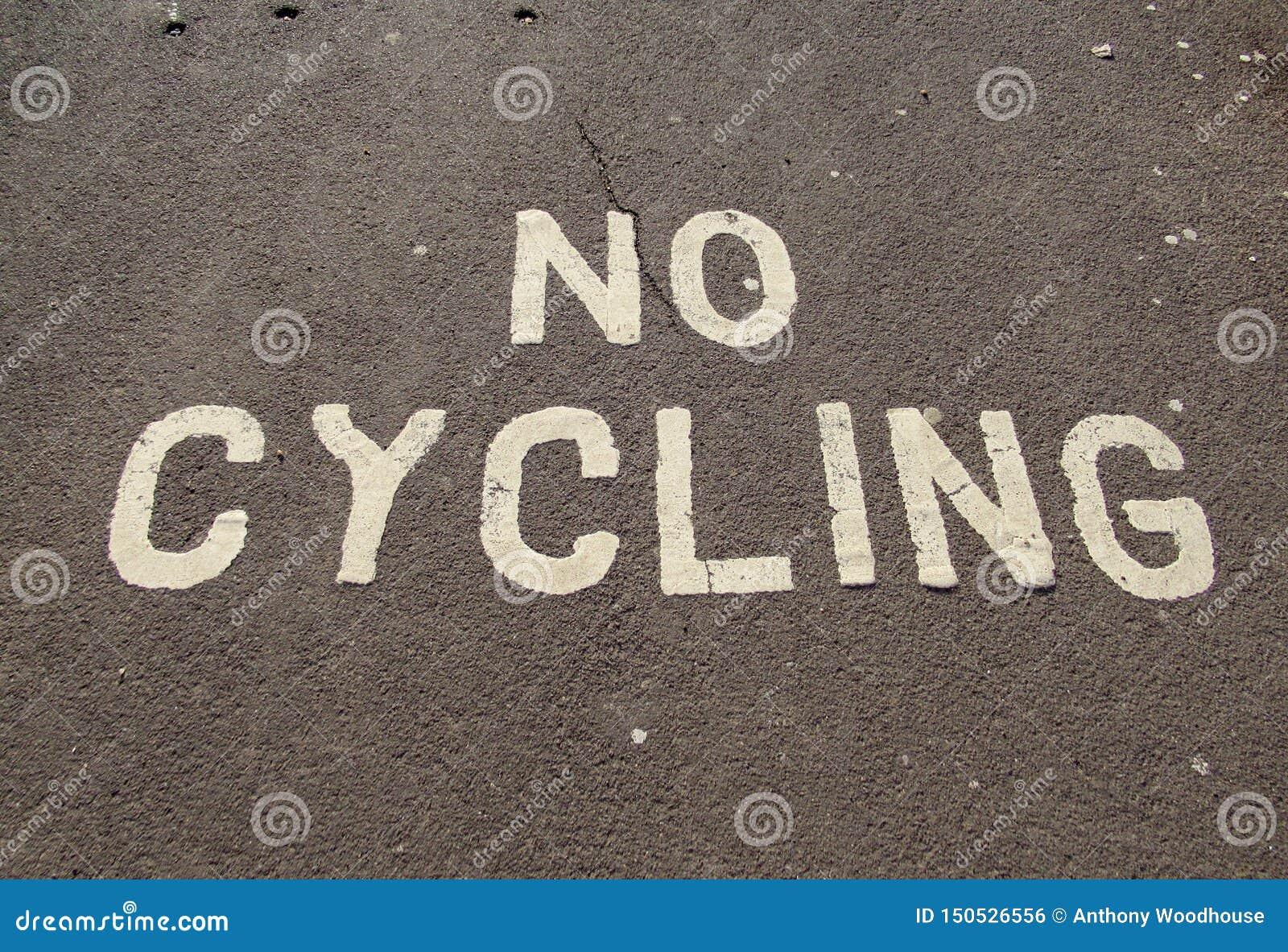 Cykla inte tecknet som målas på trottoaren på promenaden i Sidmouth, Devon