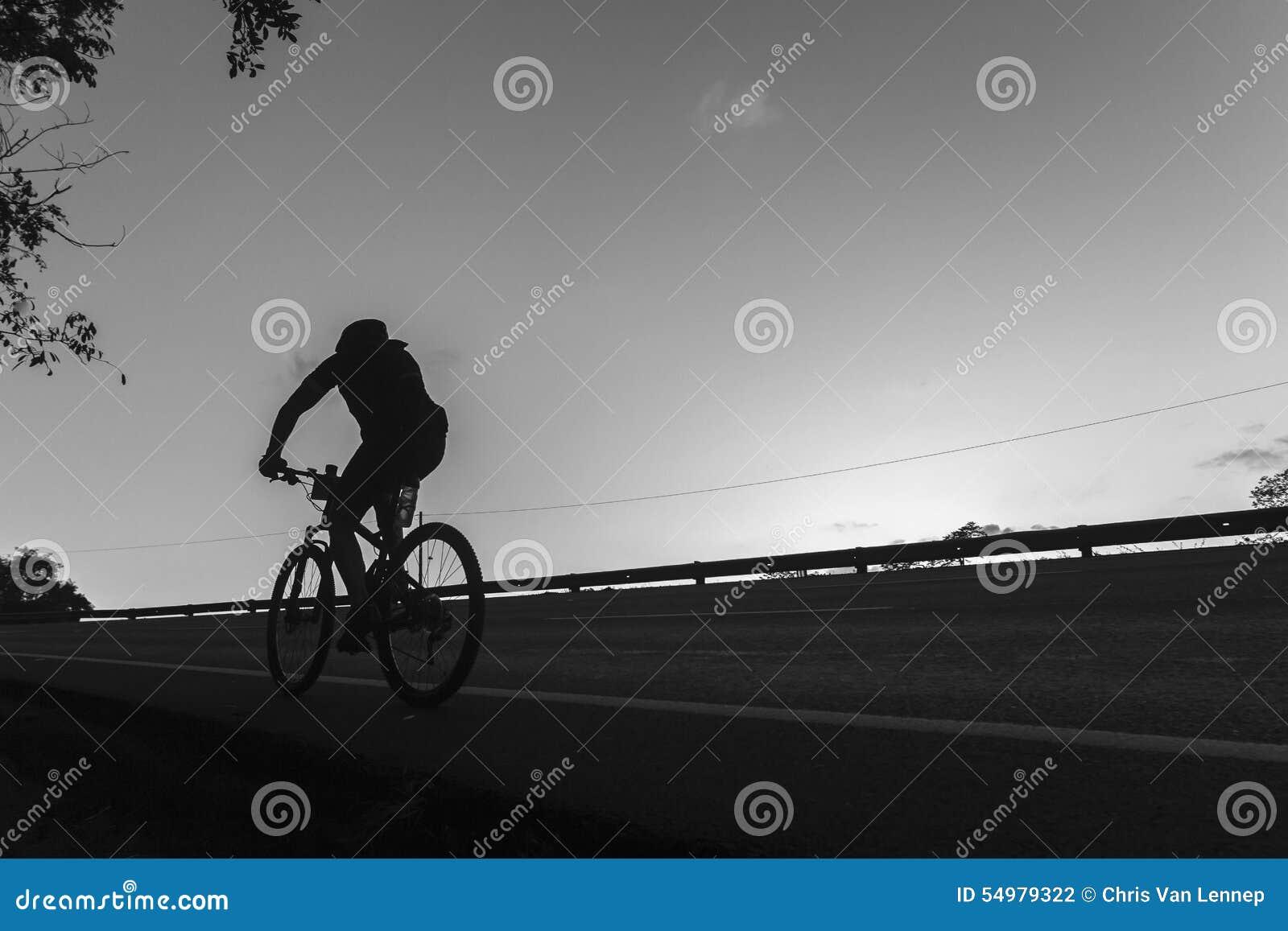 Cykla svart vit för ensamhet