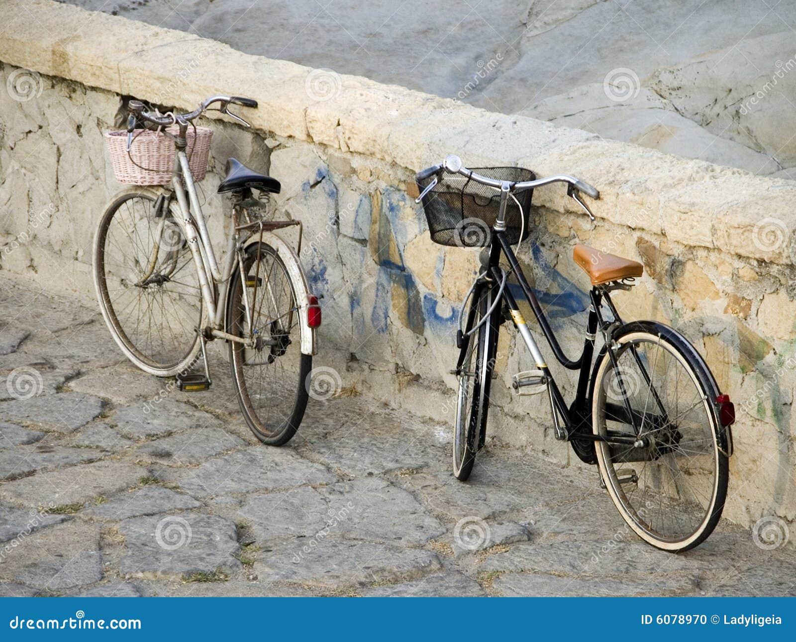 Cyklar den damtoalett parkerade stenväggen