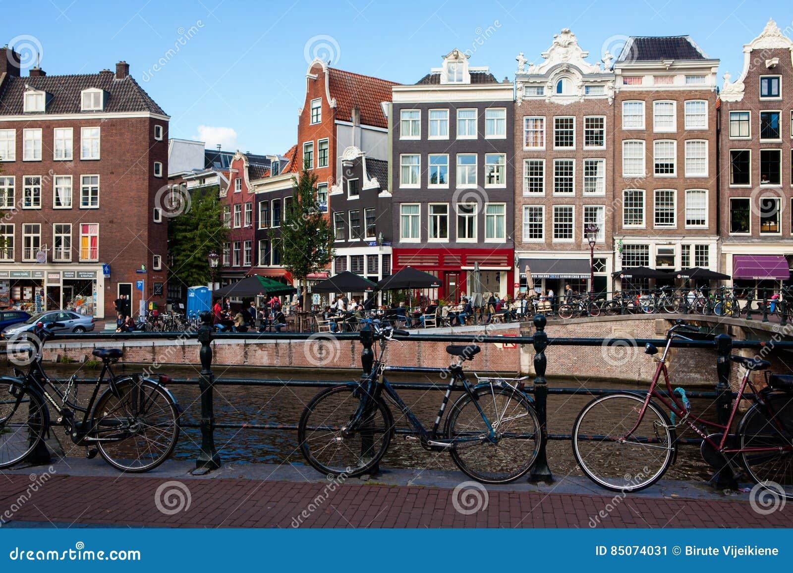 Cyklar framme av den Prinsengracht kanalen i Amsterdam, Netherlan