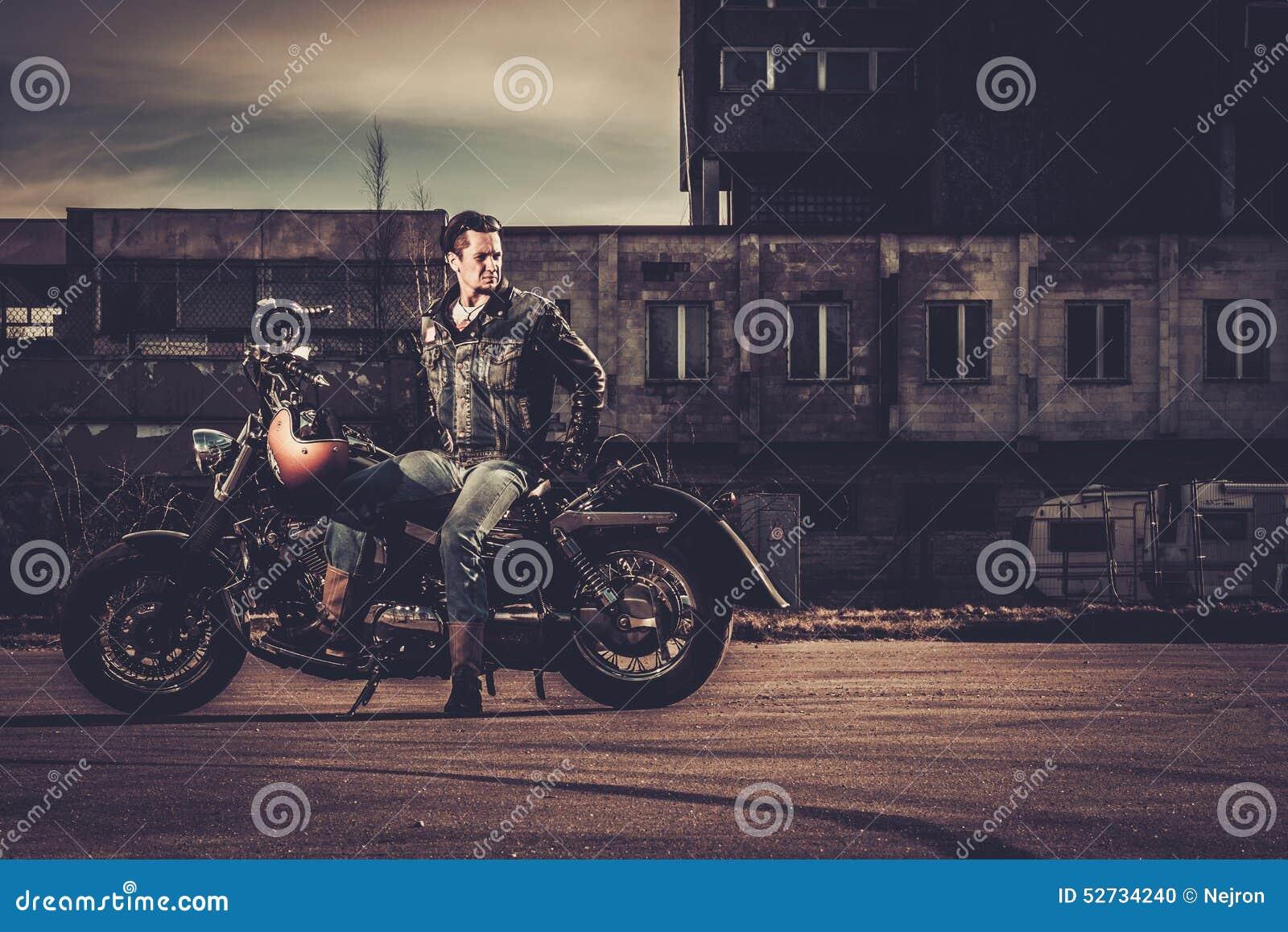 Cyklist och hans bobberstilmotorcykel