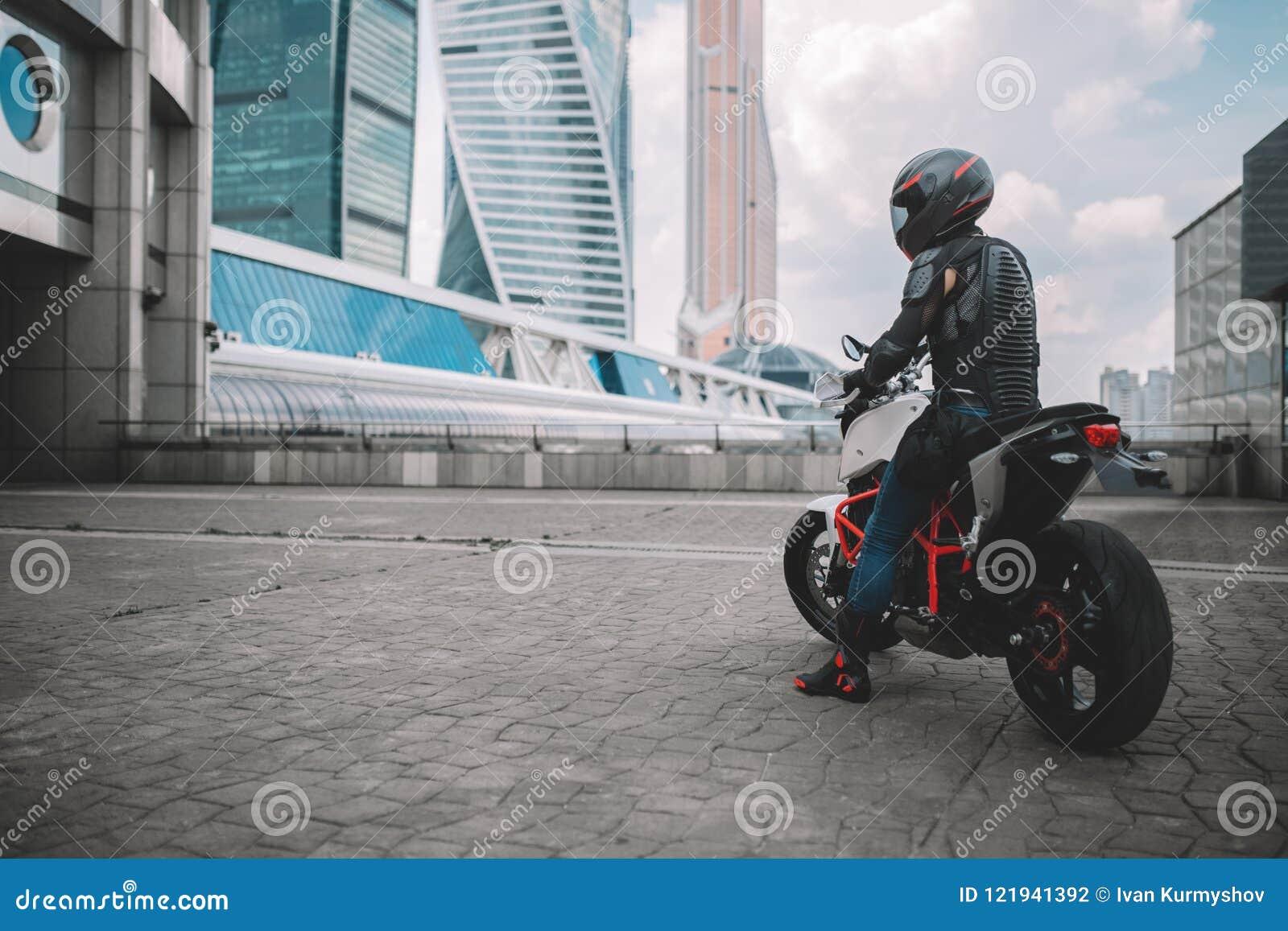 Cyklist och motorcykel nära den stads- i stadens centrum staden