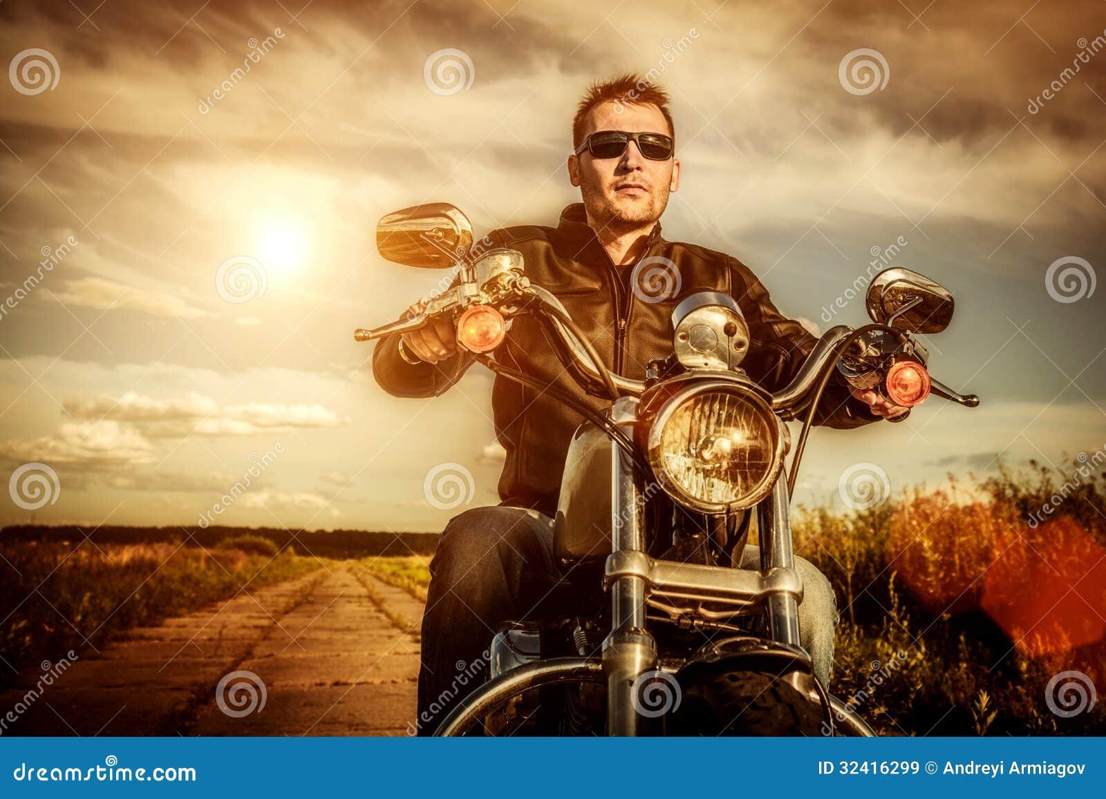 Cyklist på en motorcykel