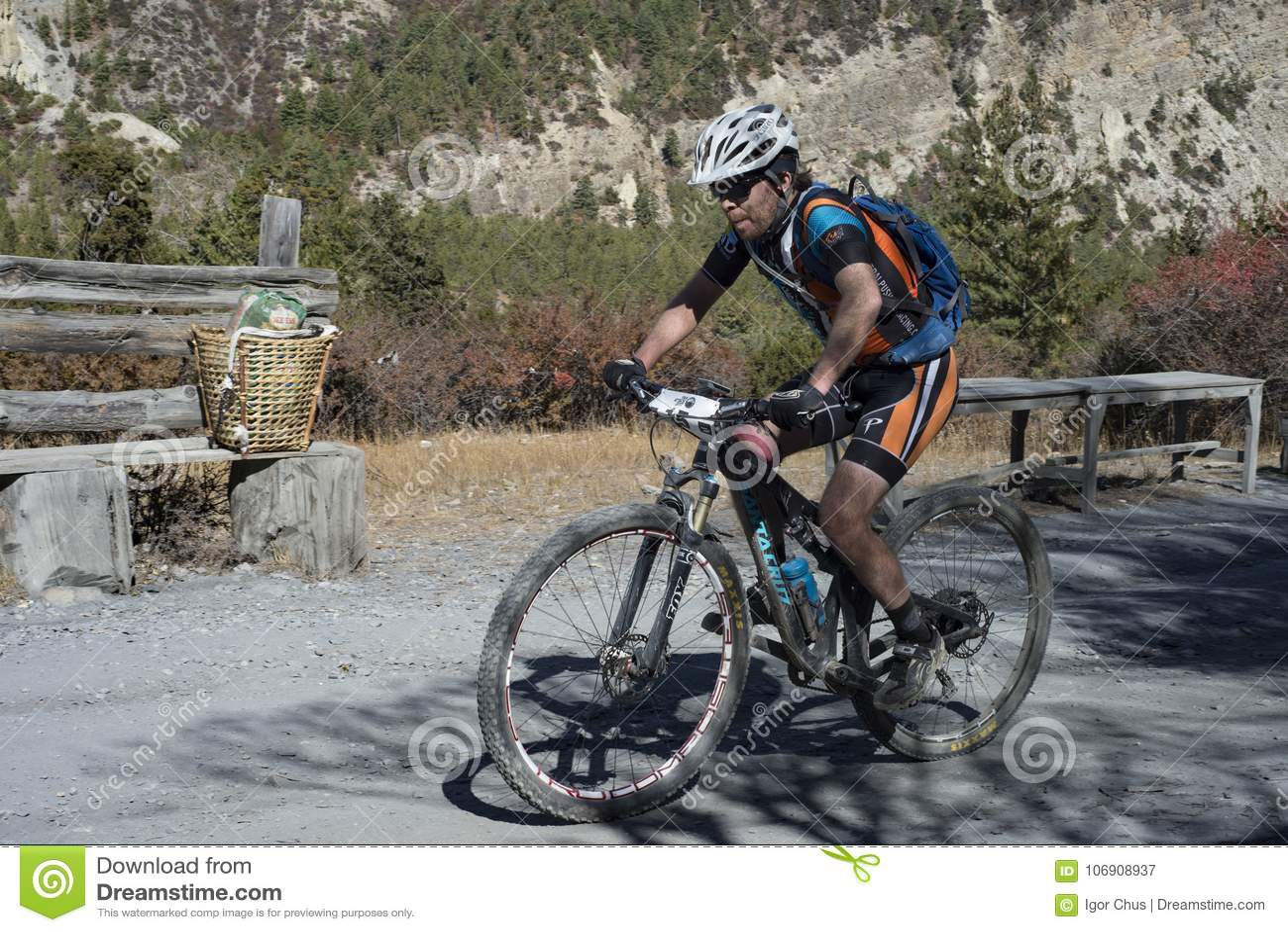 Cyklista w himalajach okręg Manang miasto, Nepal, Anapurna, Grudzień 2017, artykuł wstępny