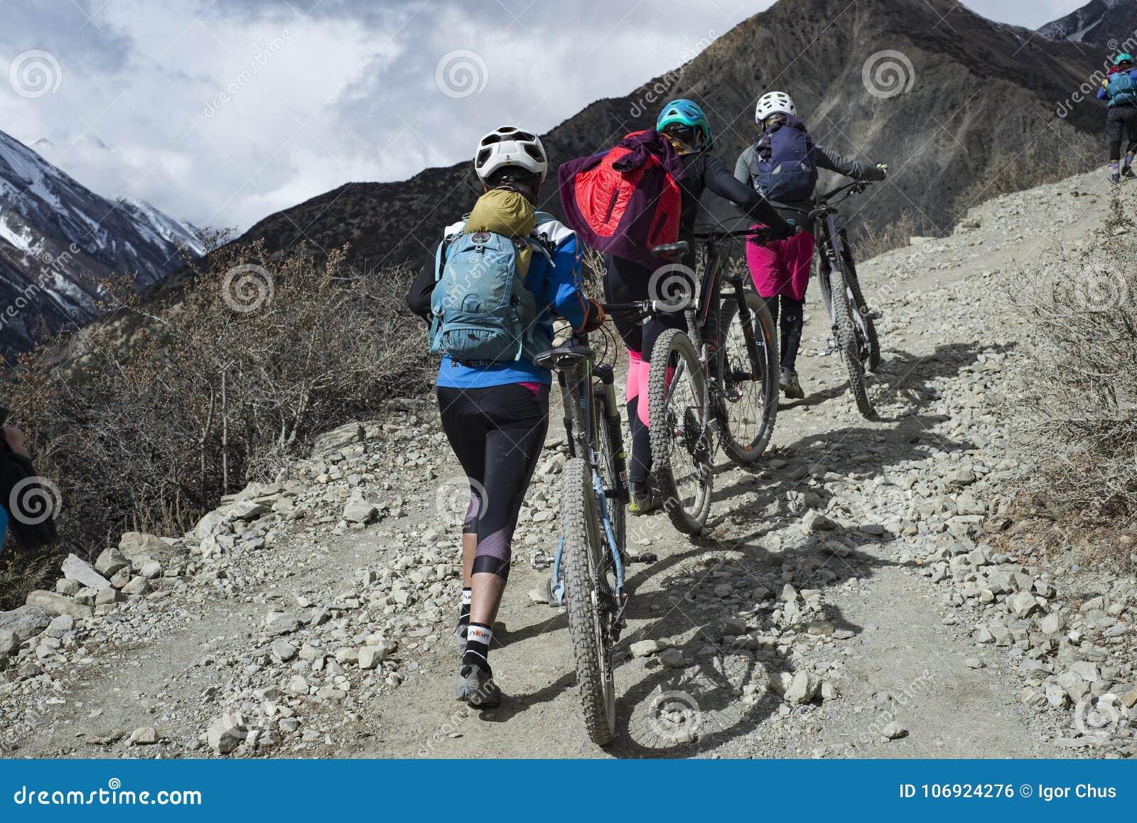 Cyklista w himalajach okręg Manang miasto, Nepal, Anapurna, Grudzień 2017, redakcyjny foto