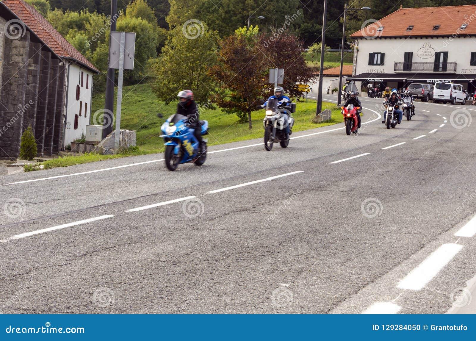 Cyklister på en huvudväg