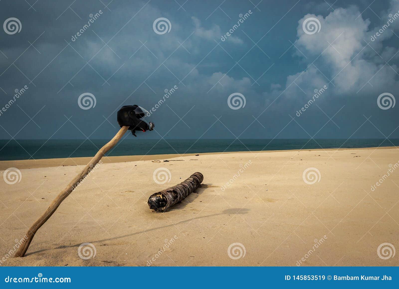 Cyklistförälskelse av den sandiga stranden