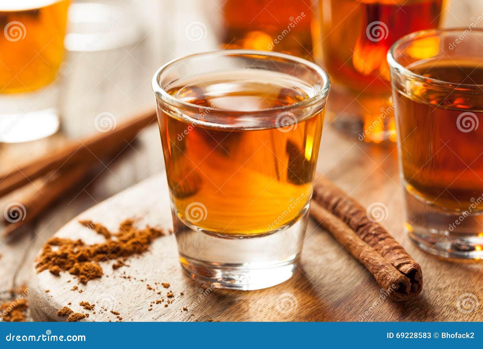 Cynamonowy whisky bourbon w strzału szkle