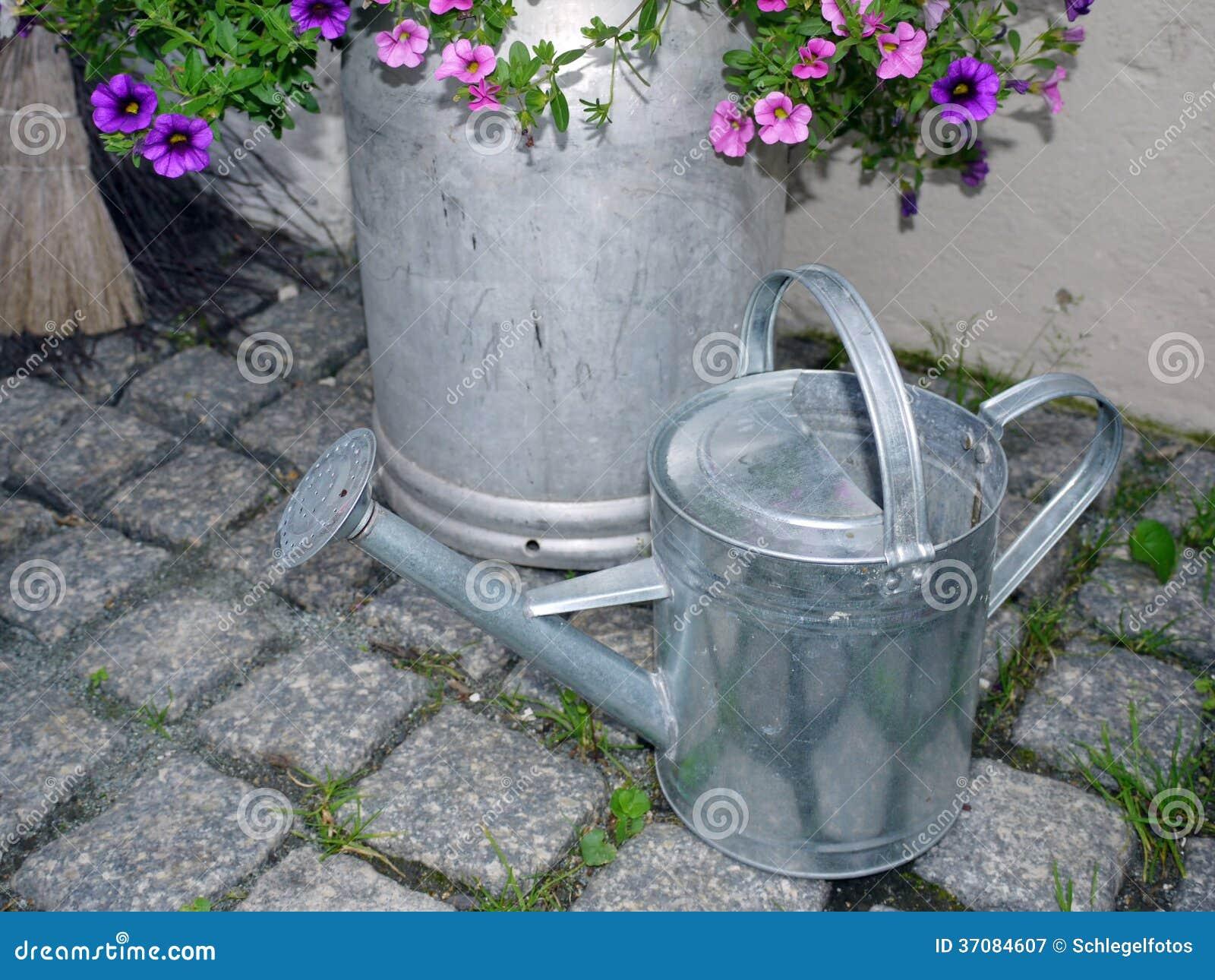 Download Cynkowa Podlewanie Puszka W Ogródzie Obraz Stock - Obraz złożonej z styl, dekoracyjny: 37084607
