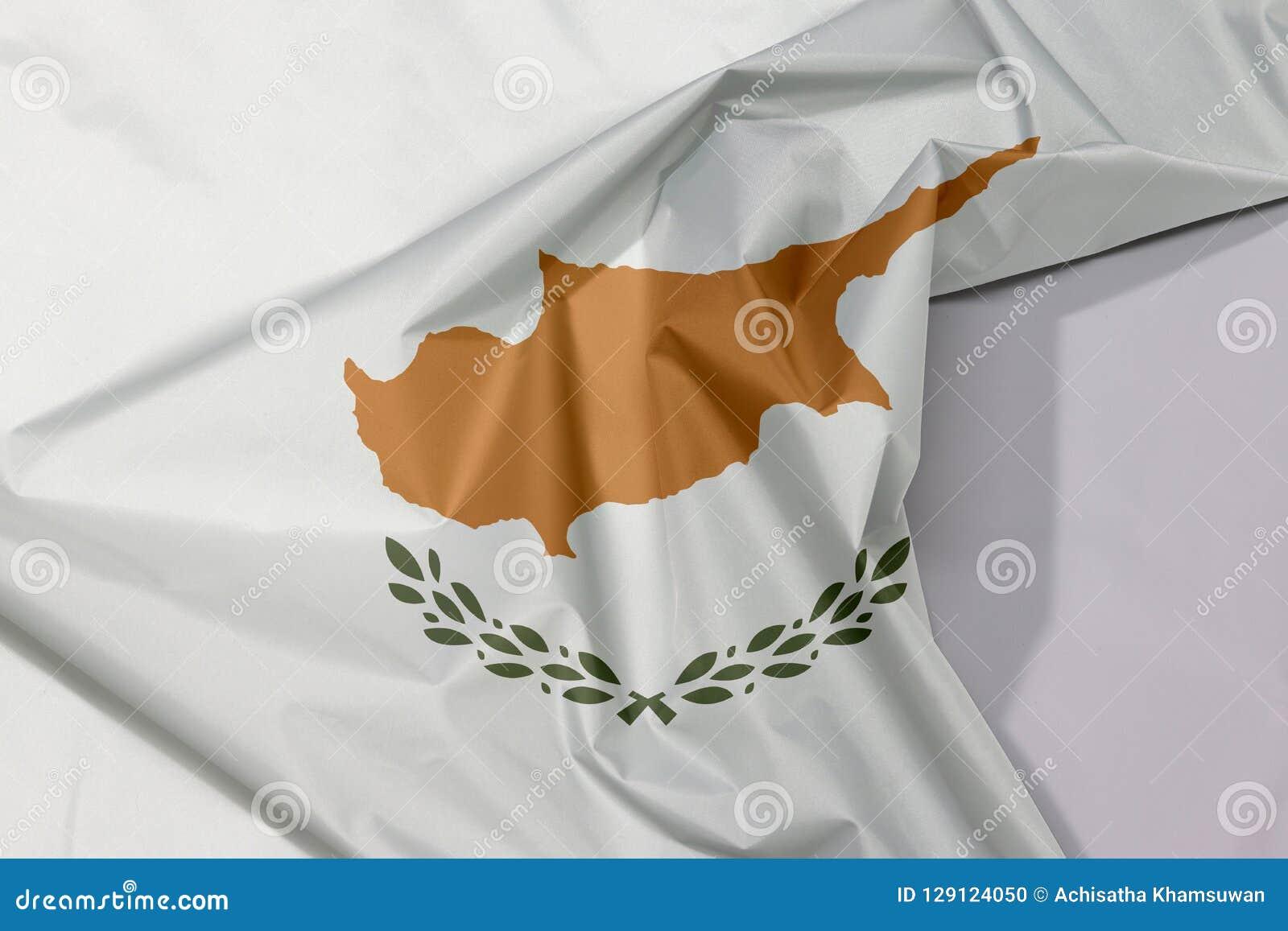 Cypr tkaniny flaga zagniecenie z biel przestrzenią i krepa