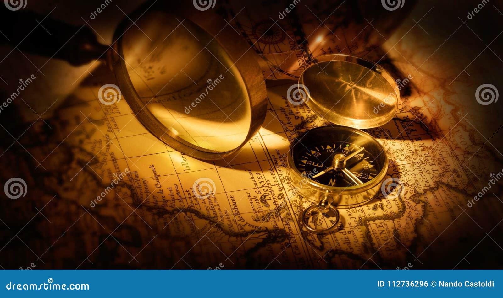 Cyrklowy i powiększający - szkło na starej mapie