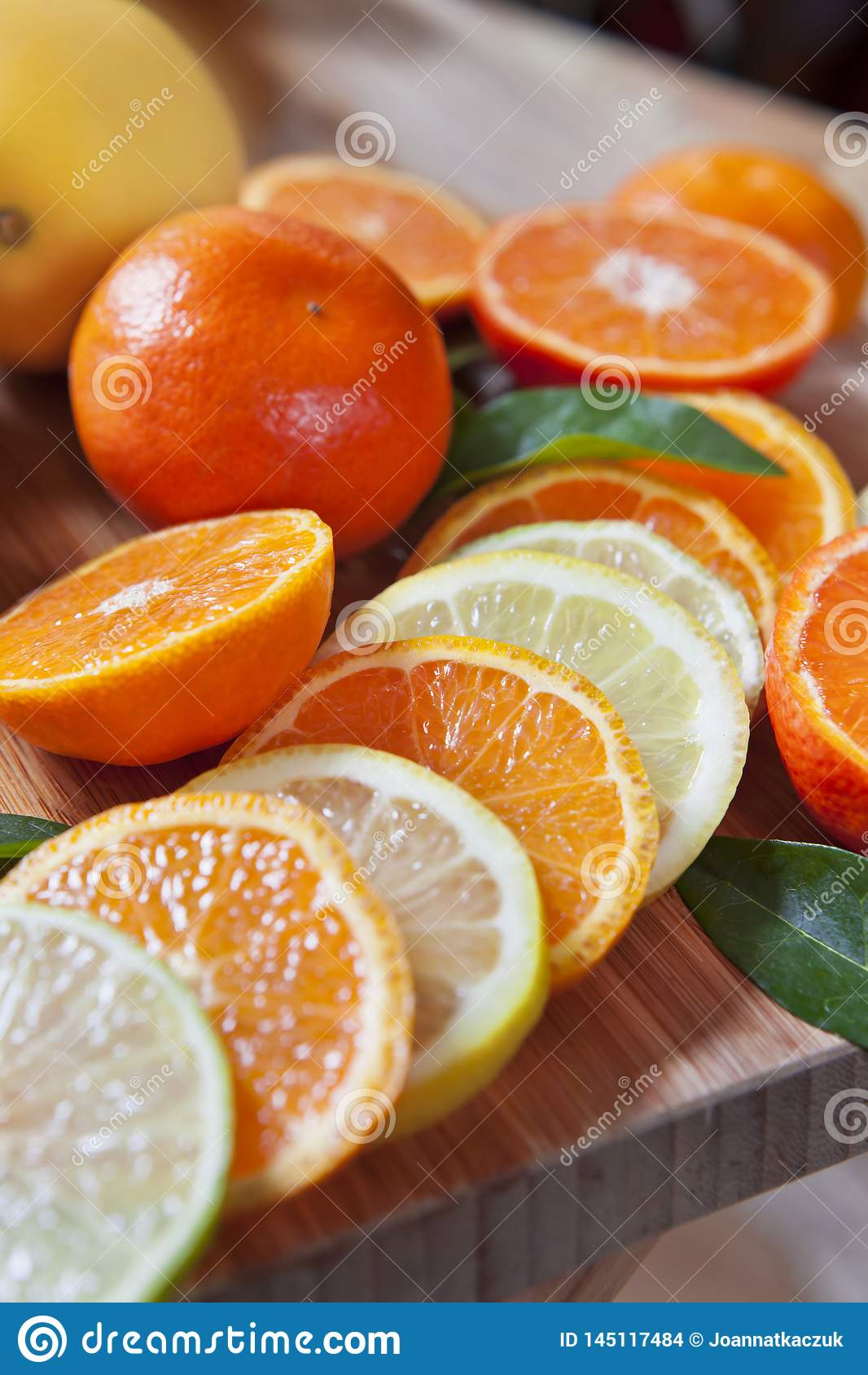 Cytrus cytryna, wapno, mandarynka i świezi plasterki -,