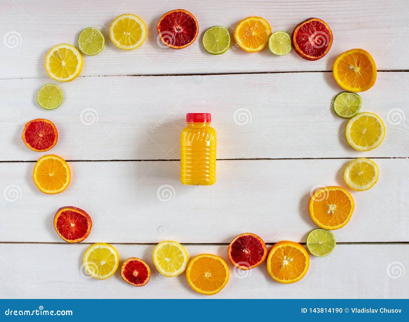 Cytrusa sok na białym drewnianym tle i owoc