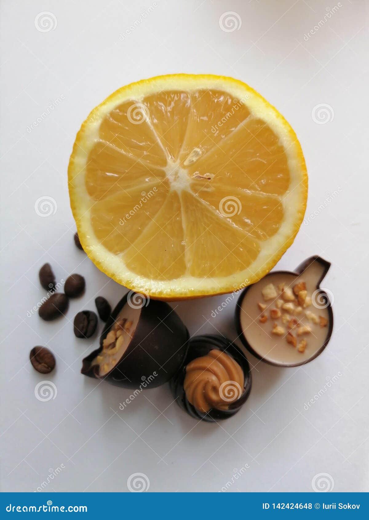 Cytryna, kawowe fasole i cukierek,