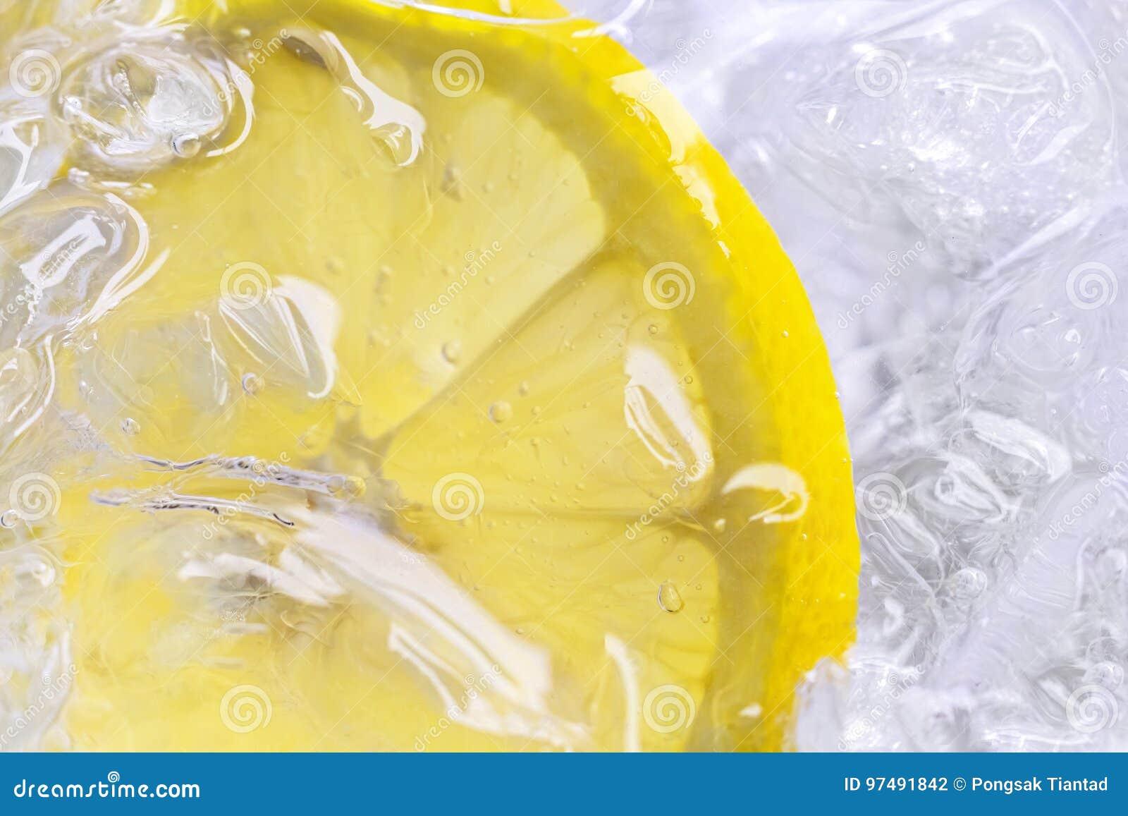 Cytryna lód na białym tle i plasterki