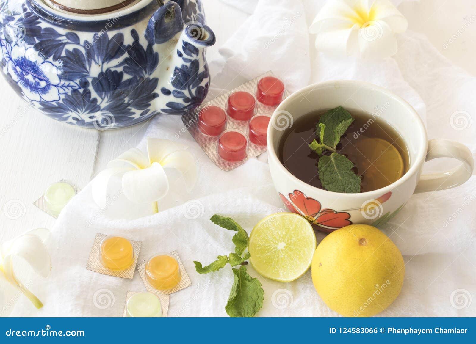 Cytryna, miętowy ziołowy dla kaszlowego bolesnego gardła i kolorowe pigułki,