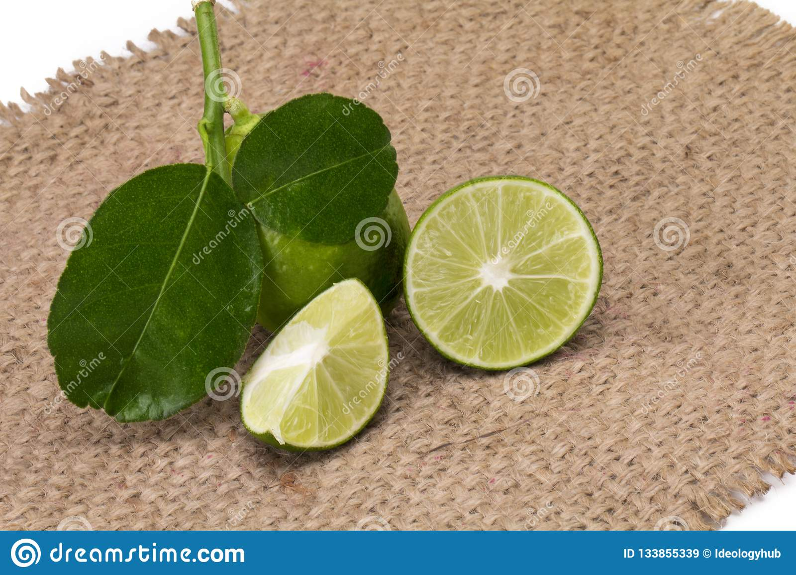 Cytryna z liśćmi odizolowywającymi na białym tle