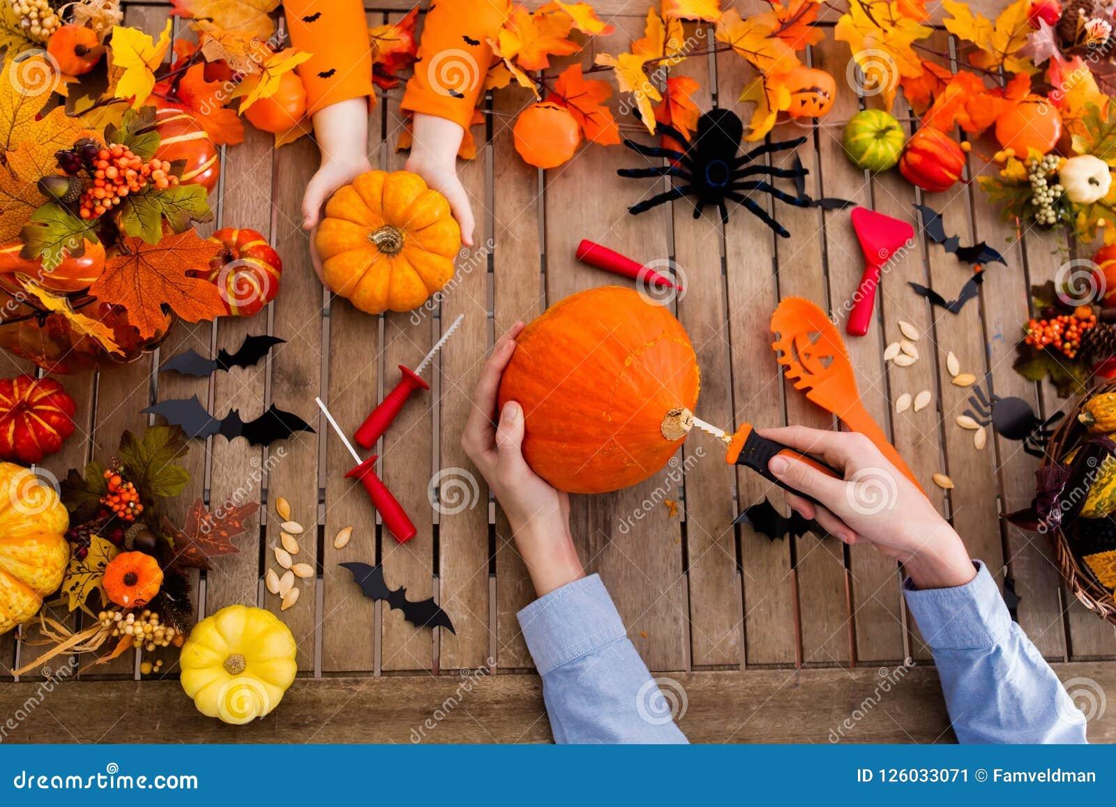 Cyzelowania rodziny bania halloween przysmaki trik
