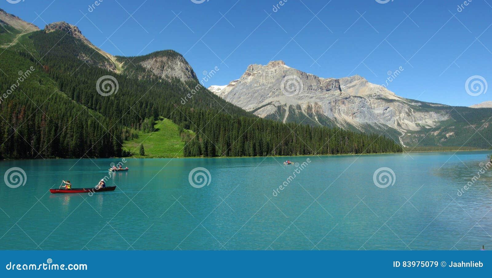 Czółna na Szmaragdowym jeziorze, Yoho park narodowy, kolumbiowie brytyjska