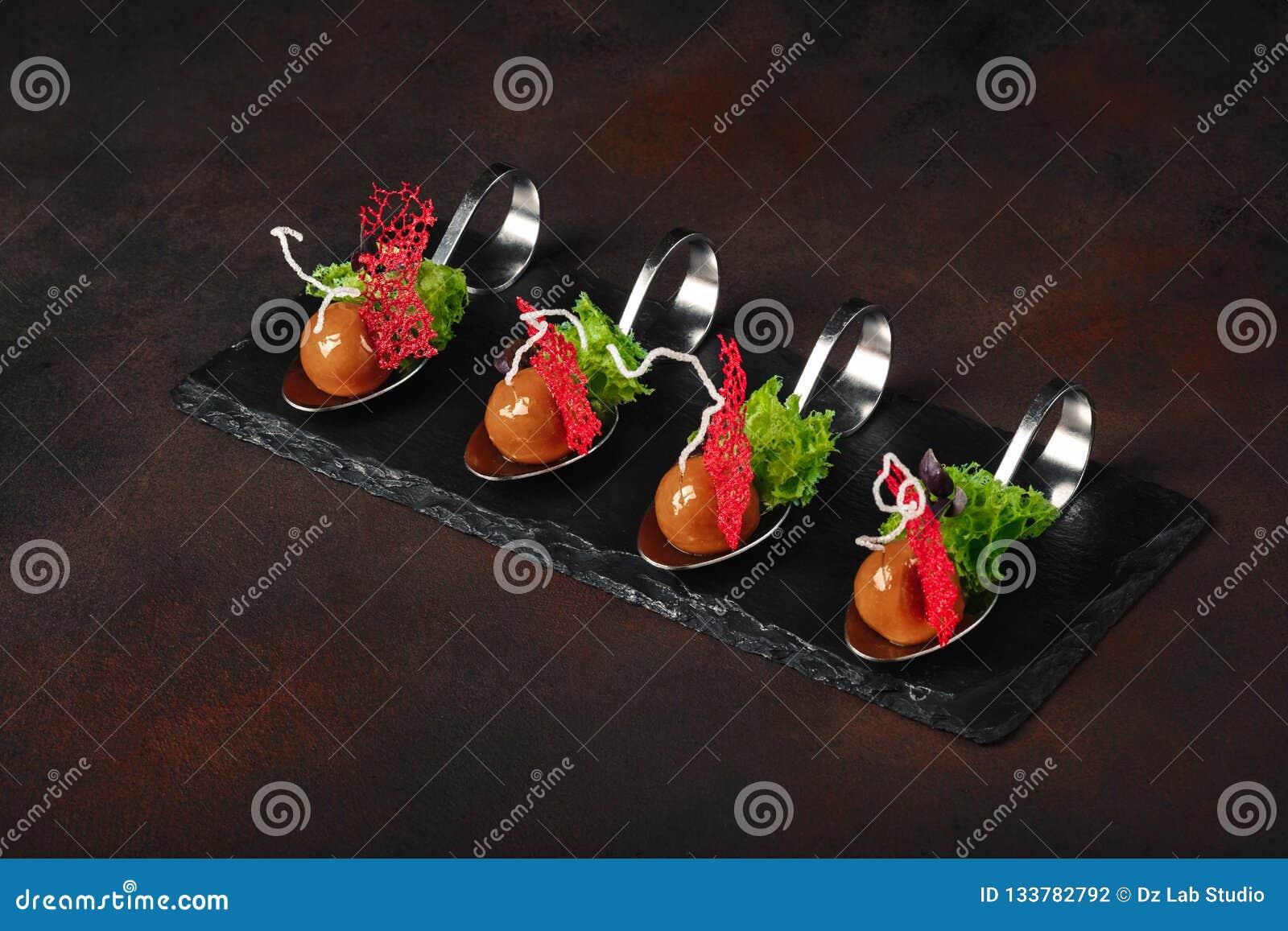 Cząsteczkowa nowożytna kuchni galantyny kaczka w łyżkach na kamieniu i r