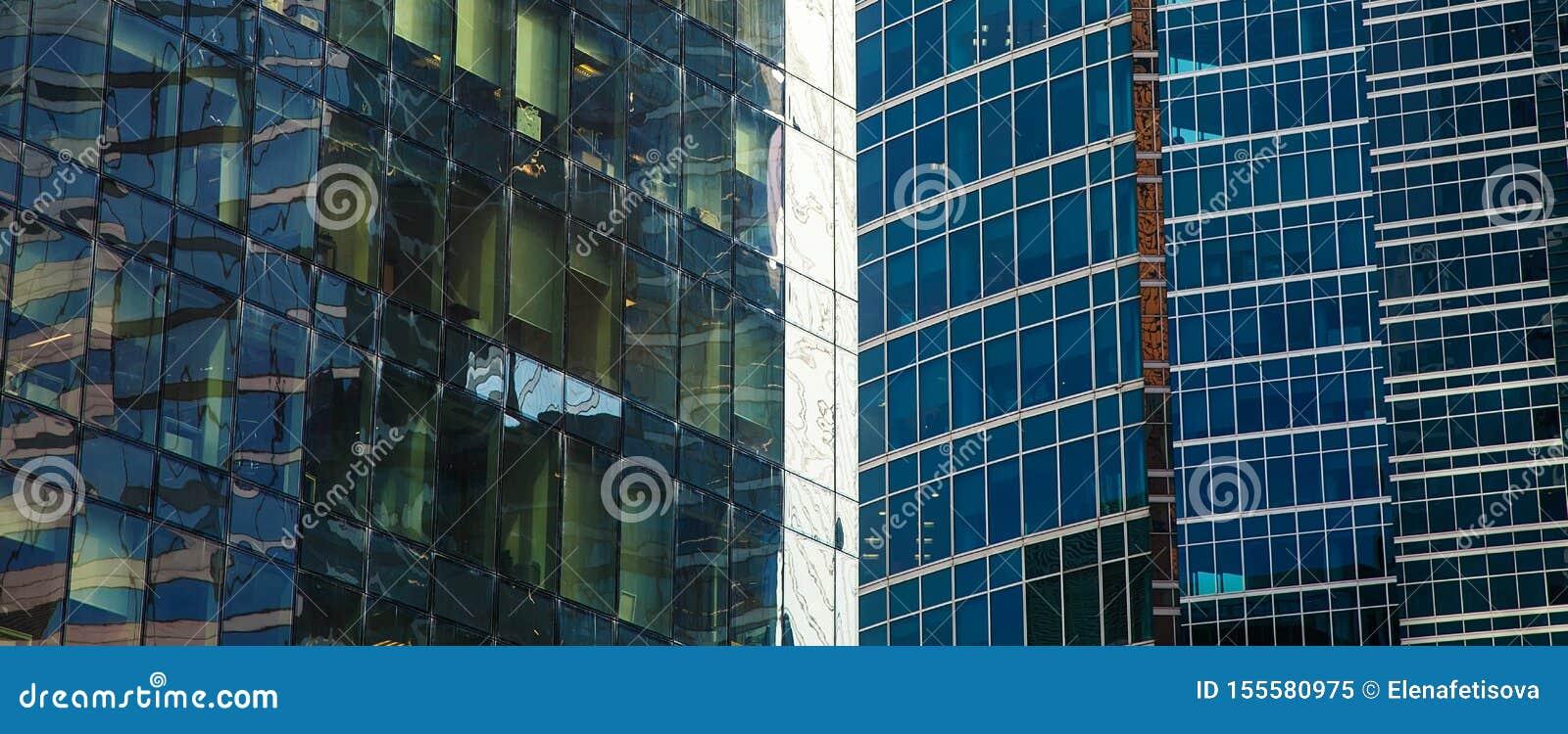 Część fasada szklany drapacz chmur Miasta nowożytny architektoniczny tło