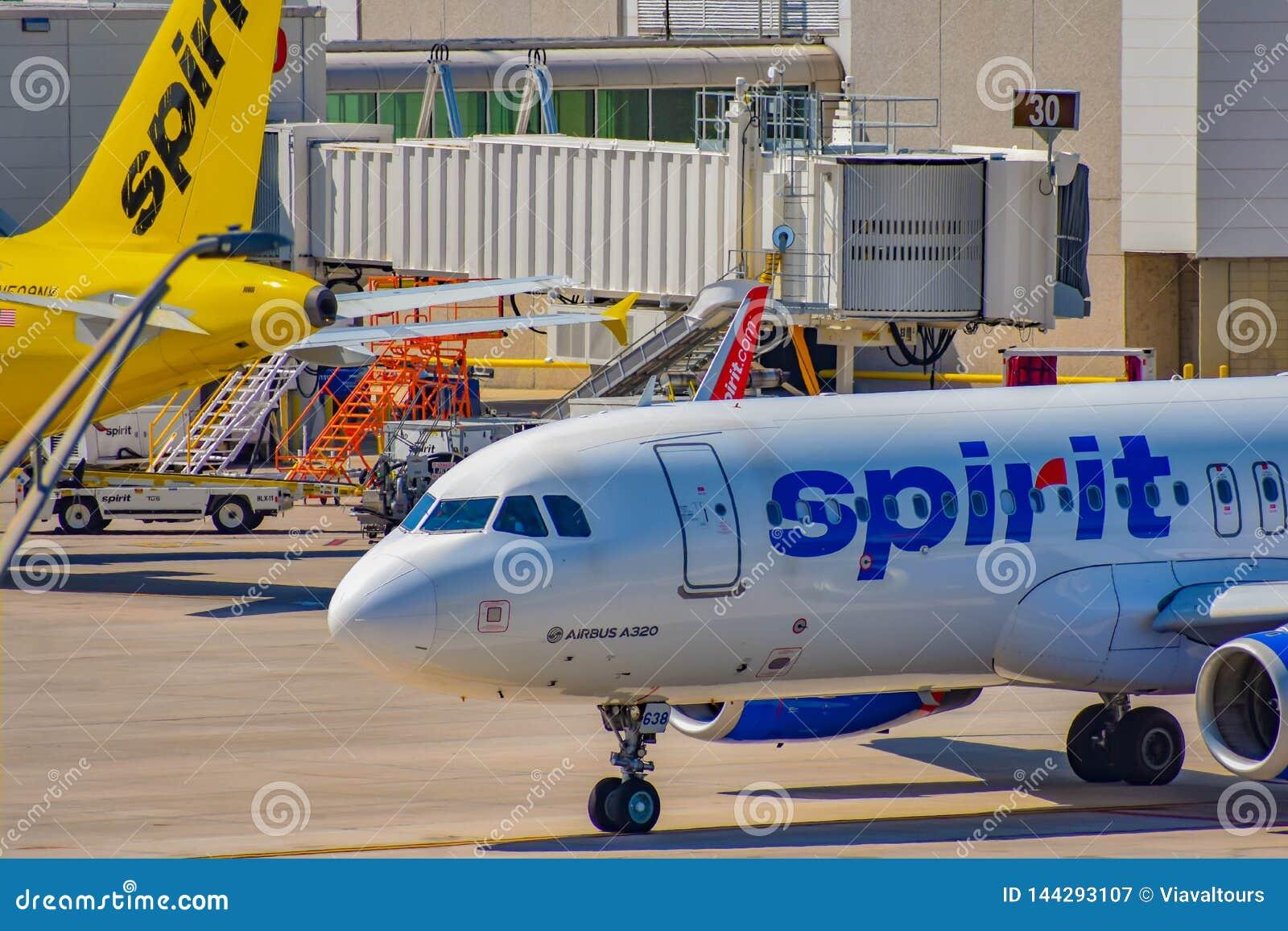 Częściowy widok samolot od Spirit Airlines NK przy bramą w Orlando lotnisku międzynarodowym MCO 2