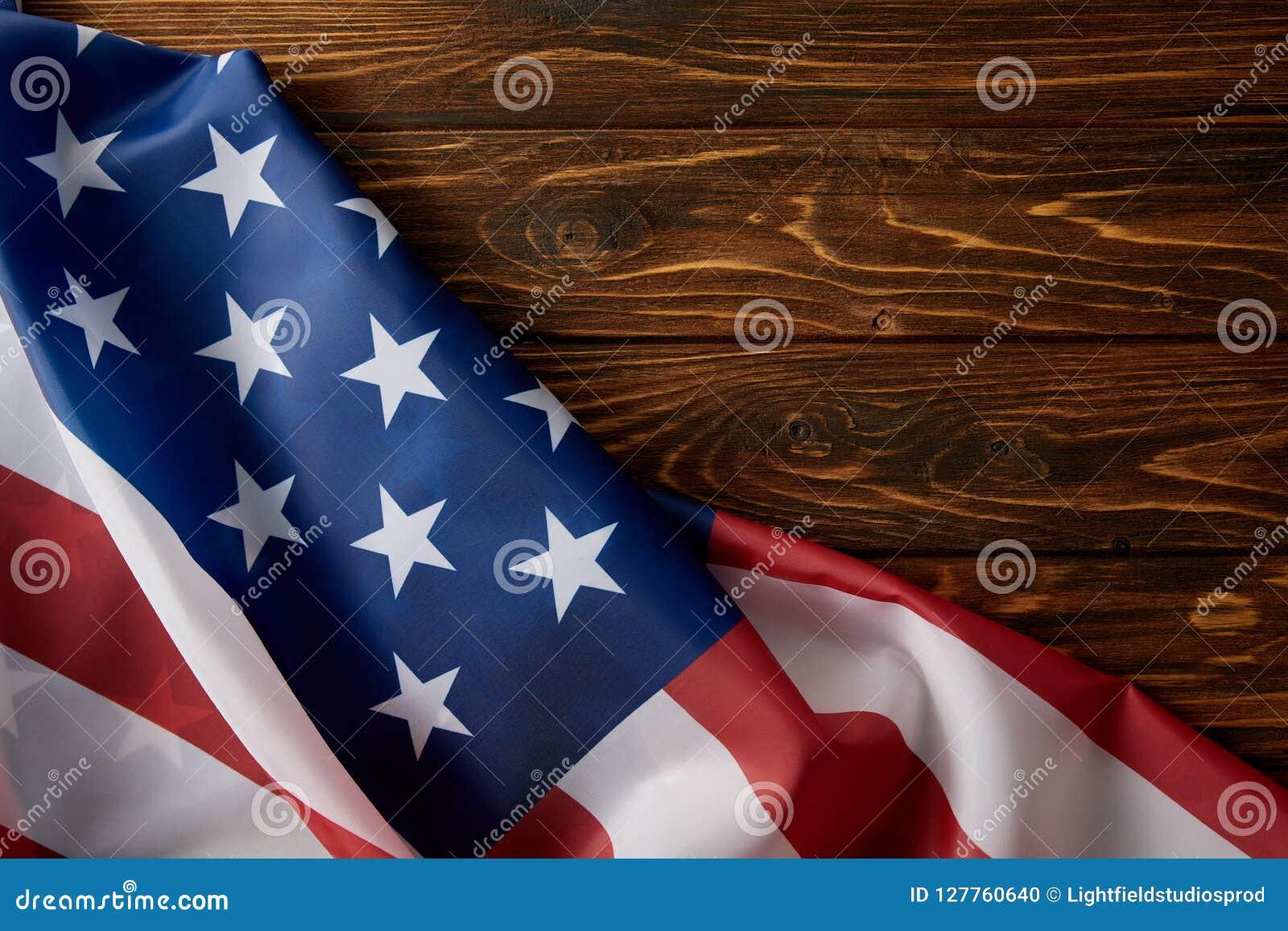 Częściowy widok zlani stany America flaga na drewnianej powierzchni
