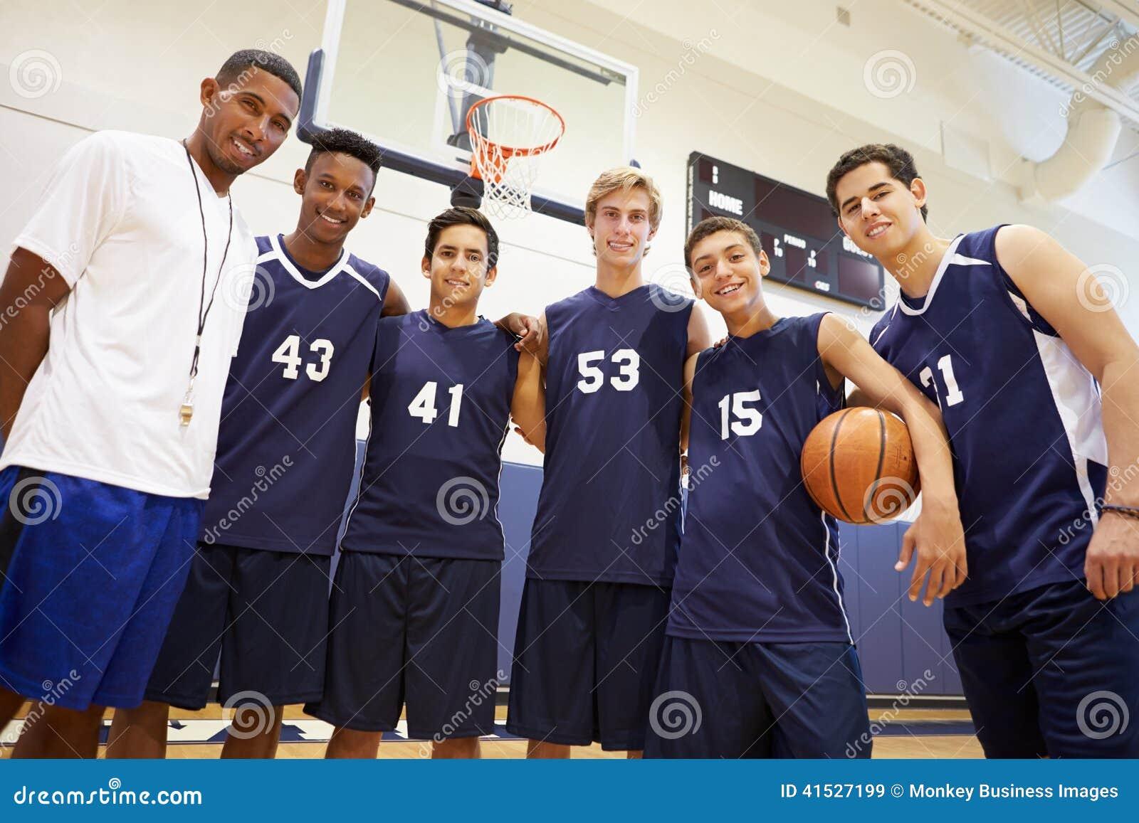 Członkowie Męska szkoły średniej drużyna koszykarska Z trenerem